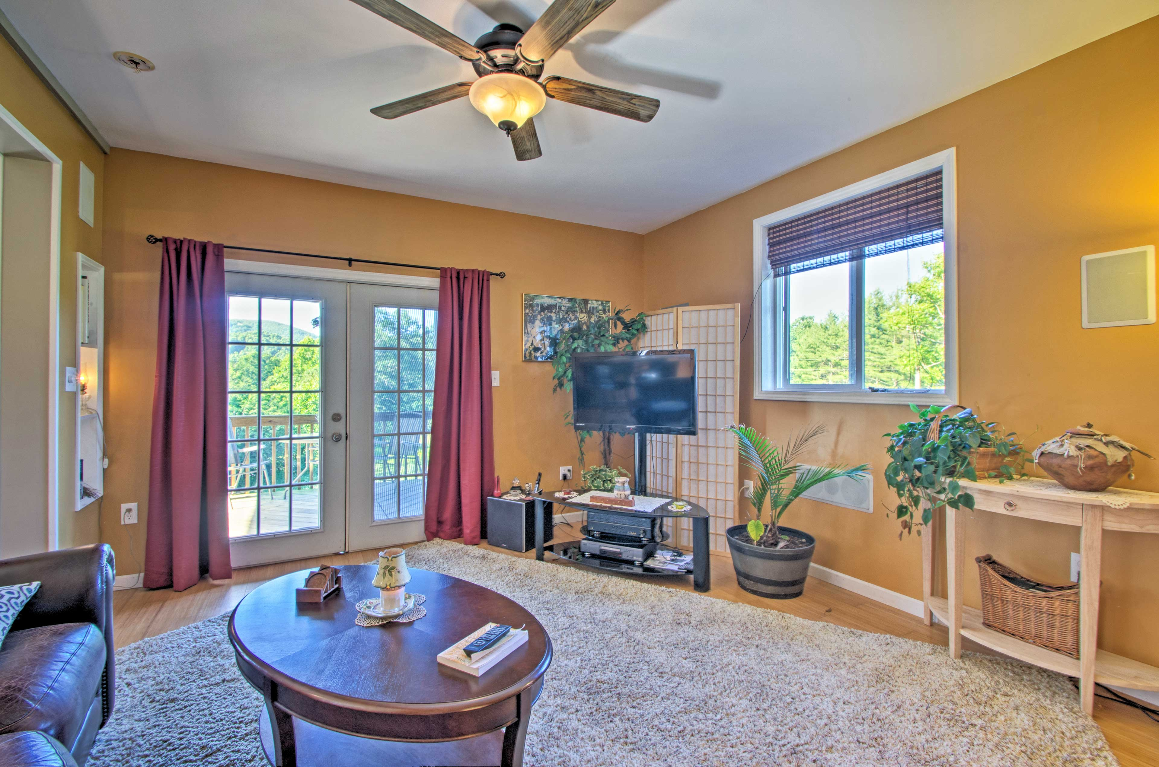 Spread out and relax in this 2-bedroom, 1-bath downstairs apartment.