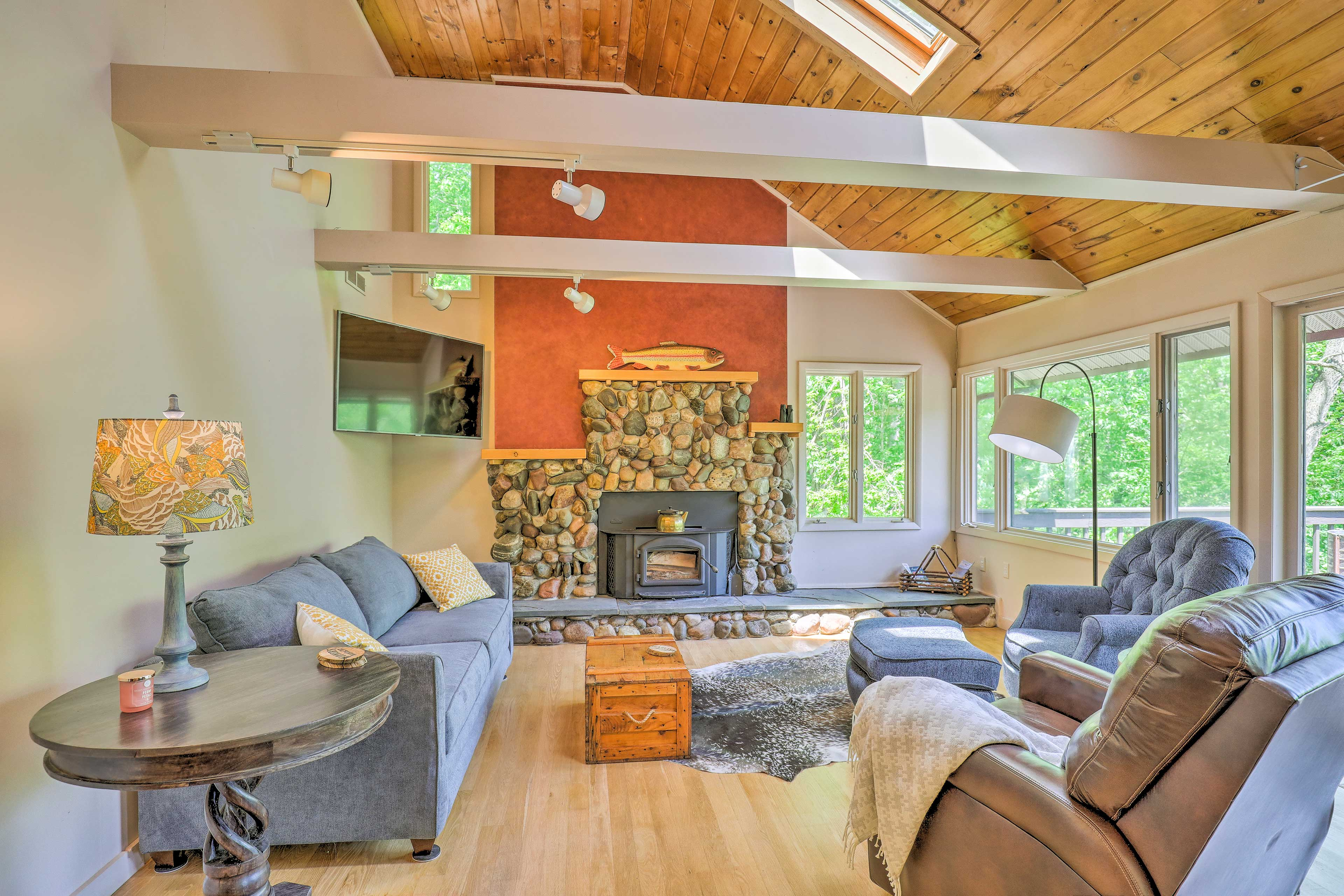 Cathedral ceilings and a wood-burning fireplace beckon 6 guests to unwind here.