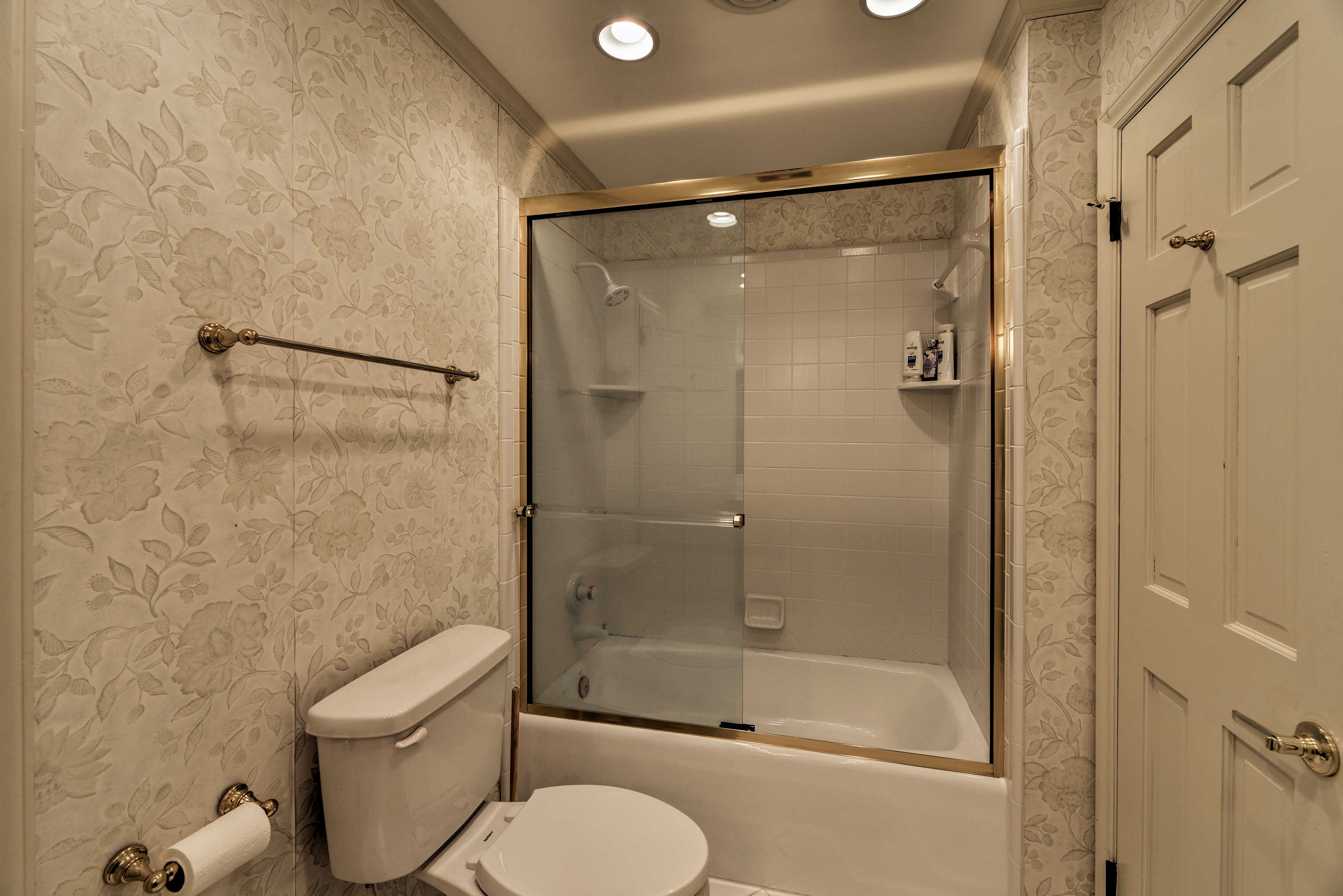 Rise and shine with a quick rinse in this shower/tub combo.