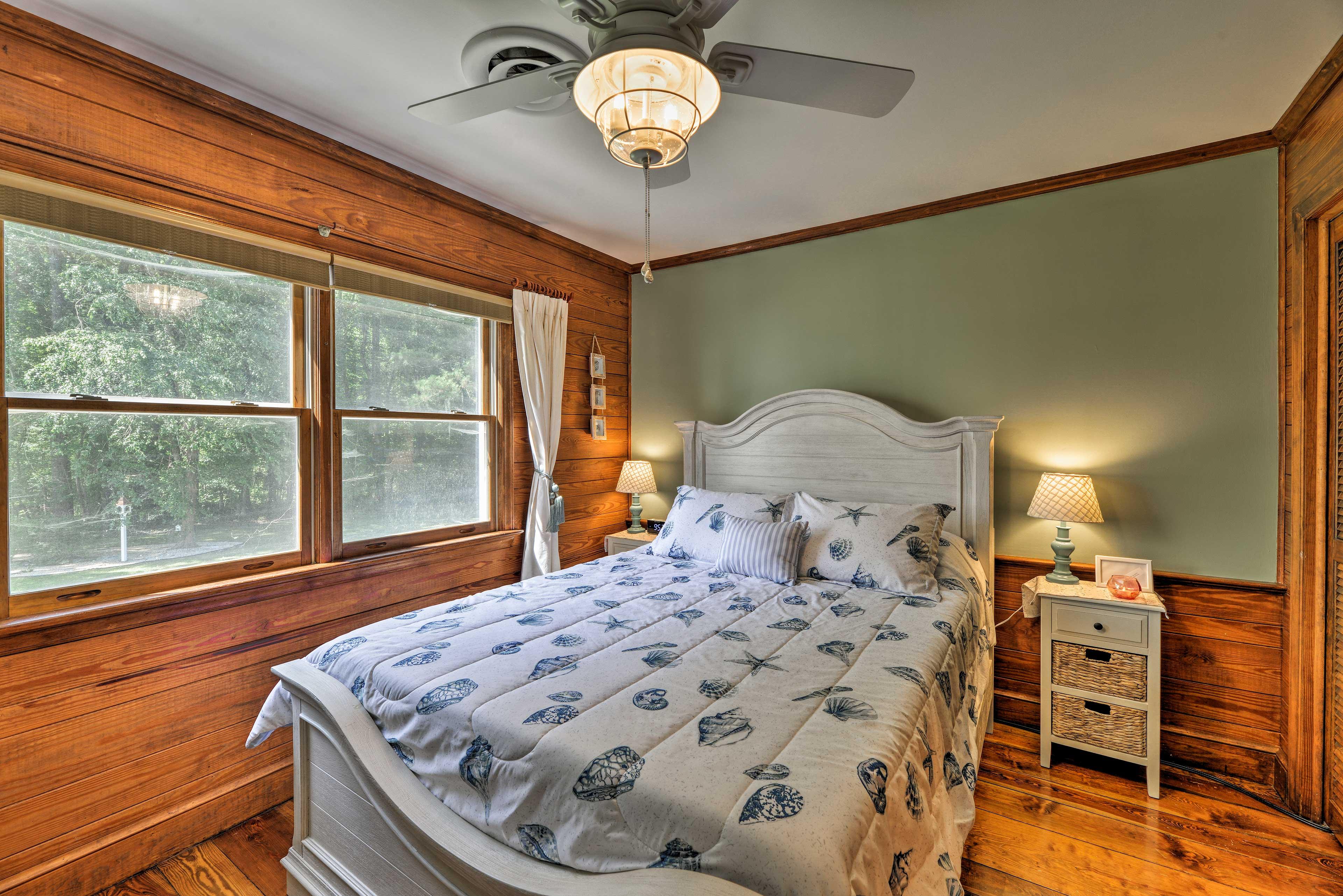 The sixth bedroom has a queen bed.