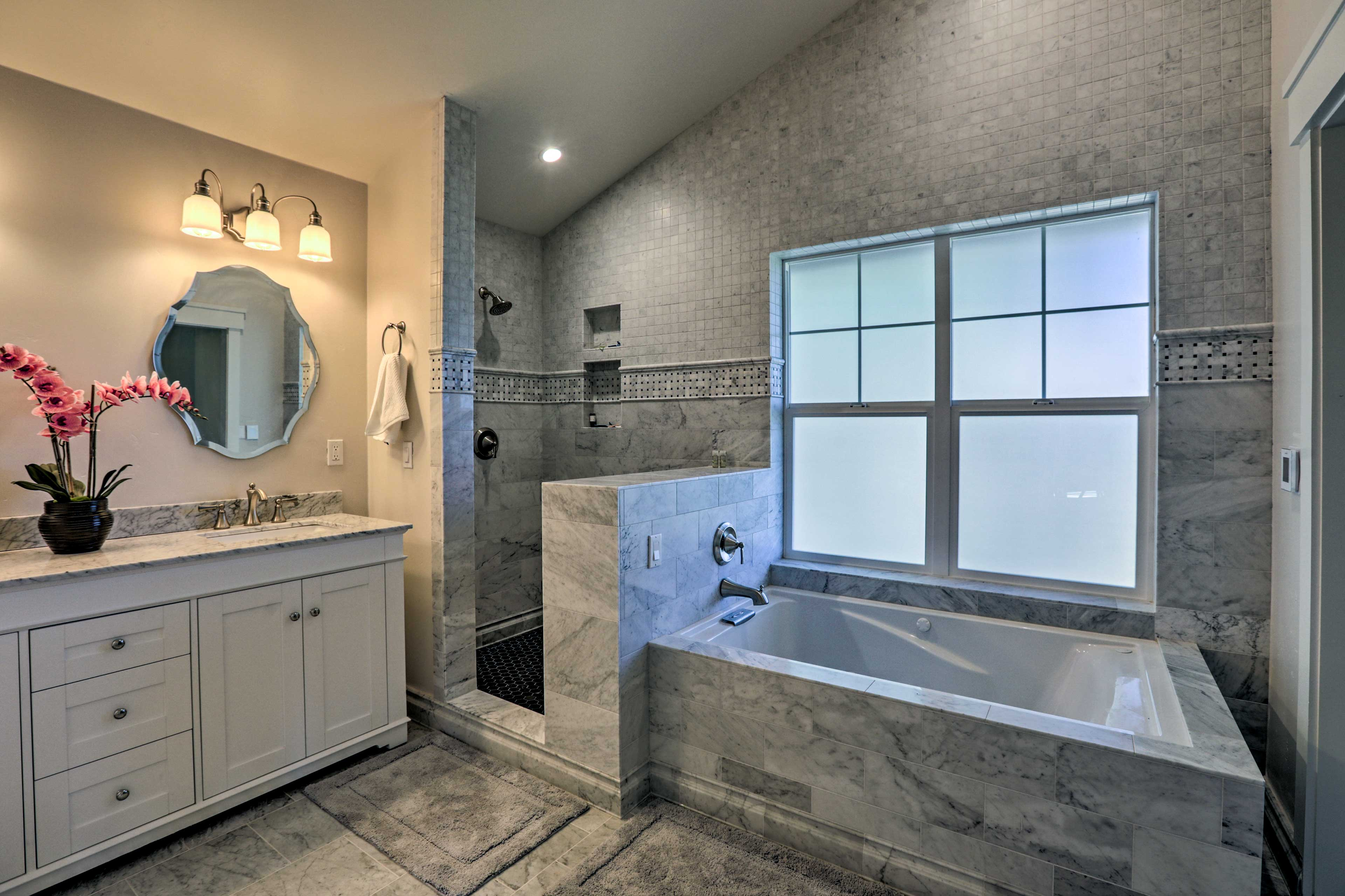 A shower and separate tub furnish the en-suite bathroom.