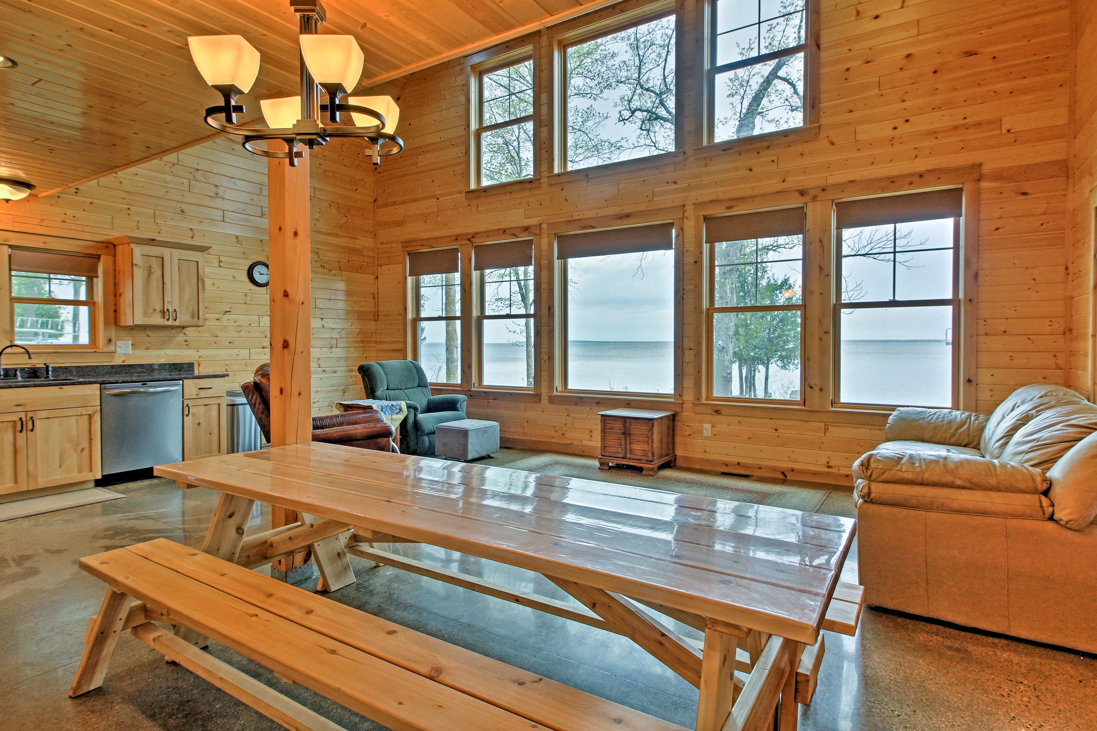 All 8 guests can look out upon the lake while you enjoy a home-cooked meal!