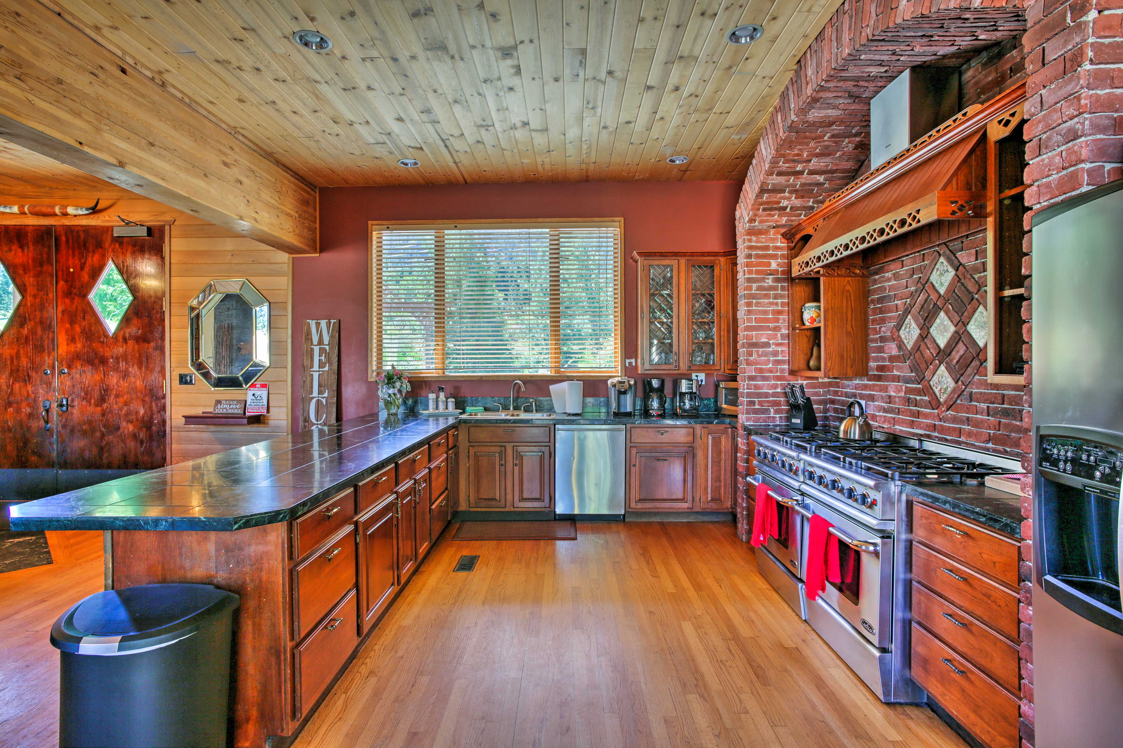 Stainless steel appliances & generous counter space let everyone pitch in.