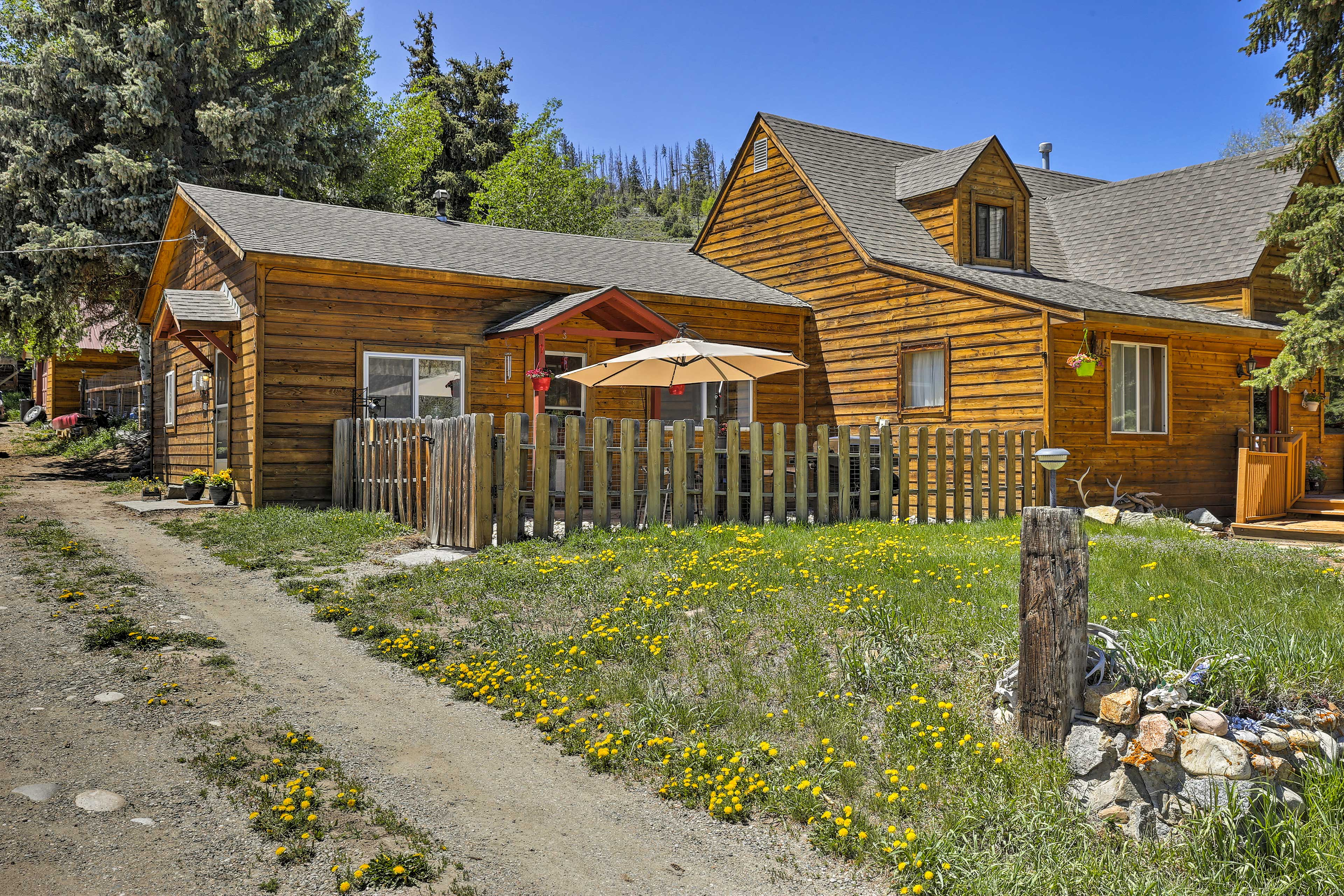 This 2-bedroom, 1-bathroom cottage is a short walk from the Hot Sulphur Springs.