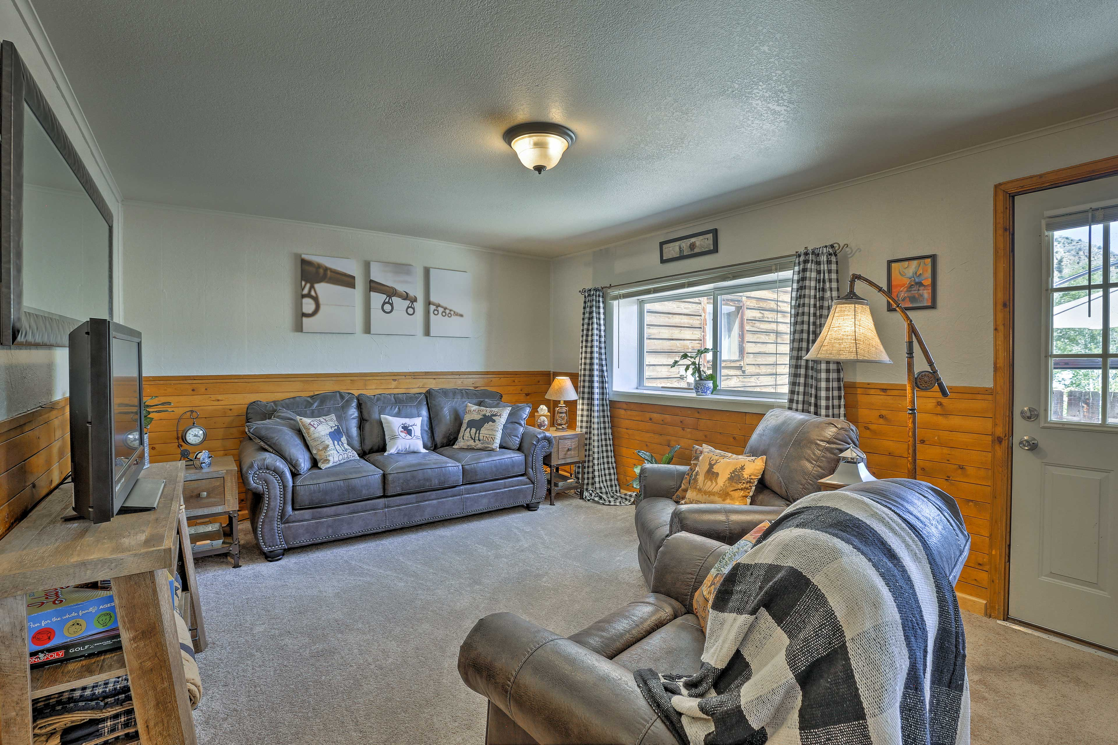 Comfortably sleeping 7 guests, this cottage is ideal for friends and family.
