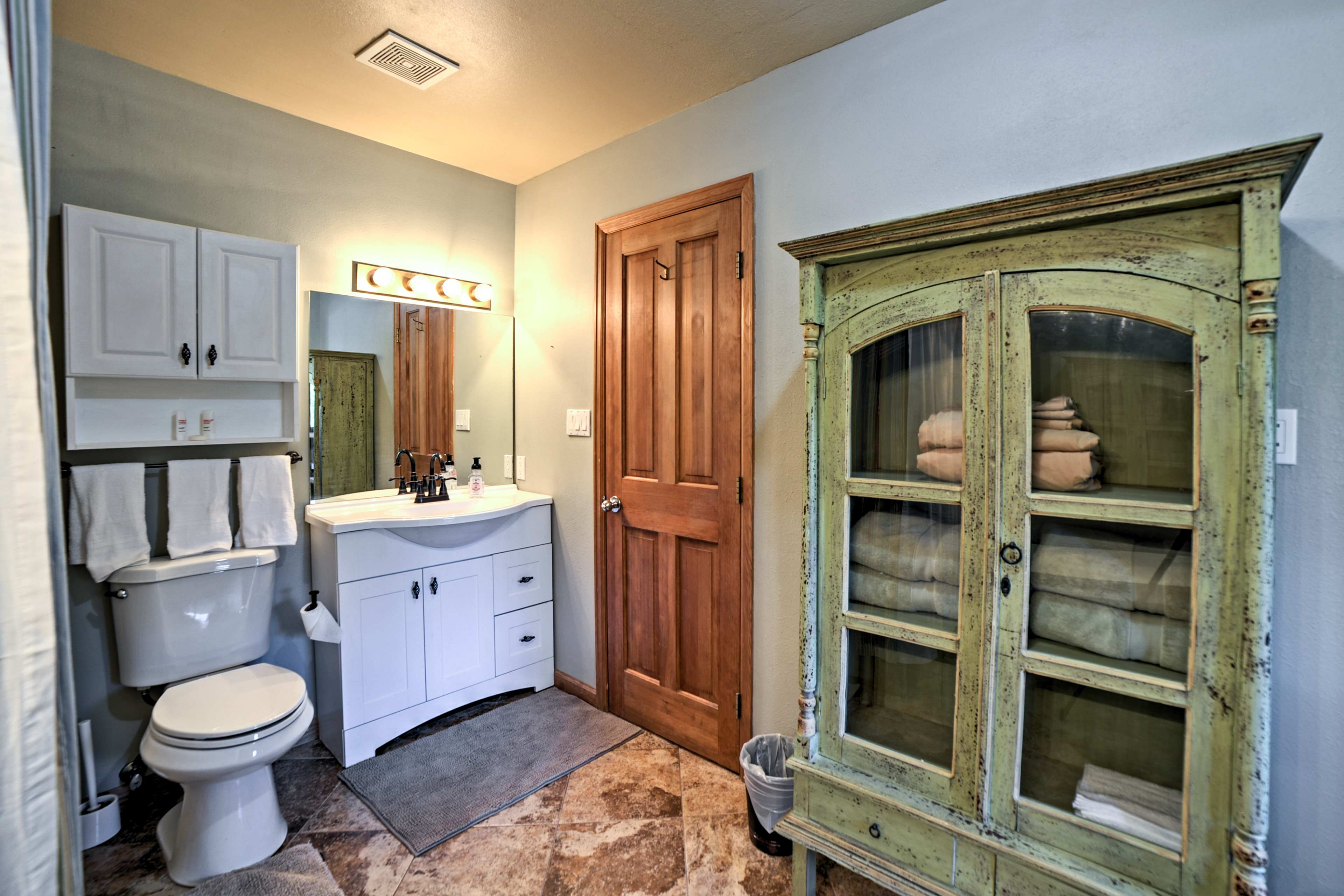This full bathroom comes stocked with towels.