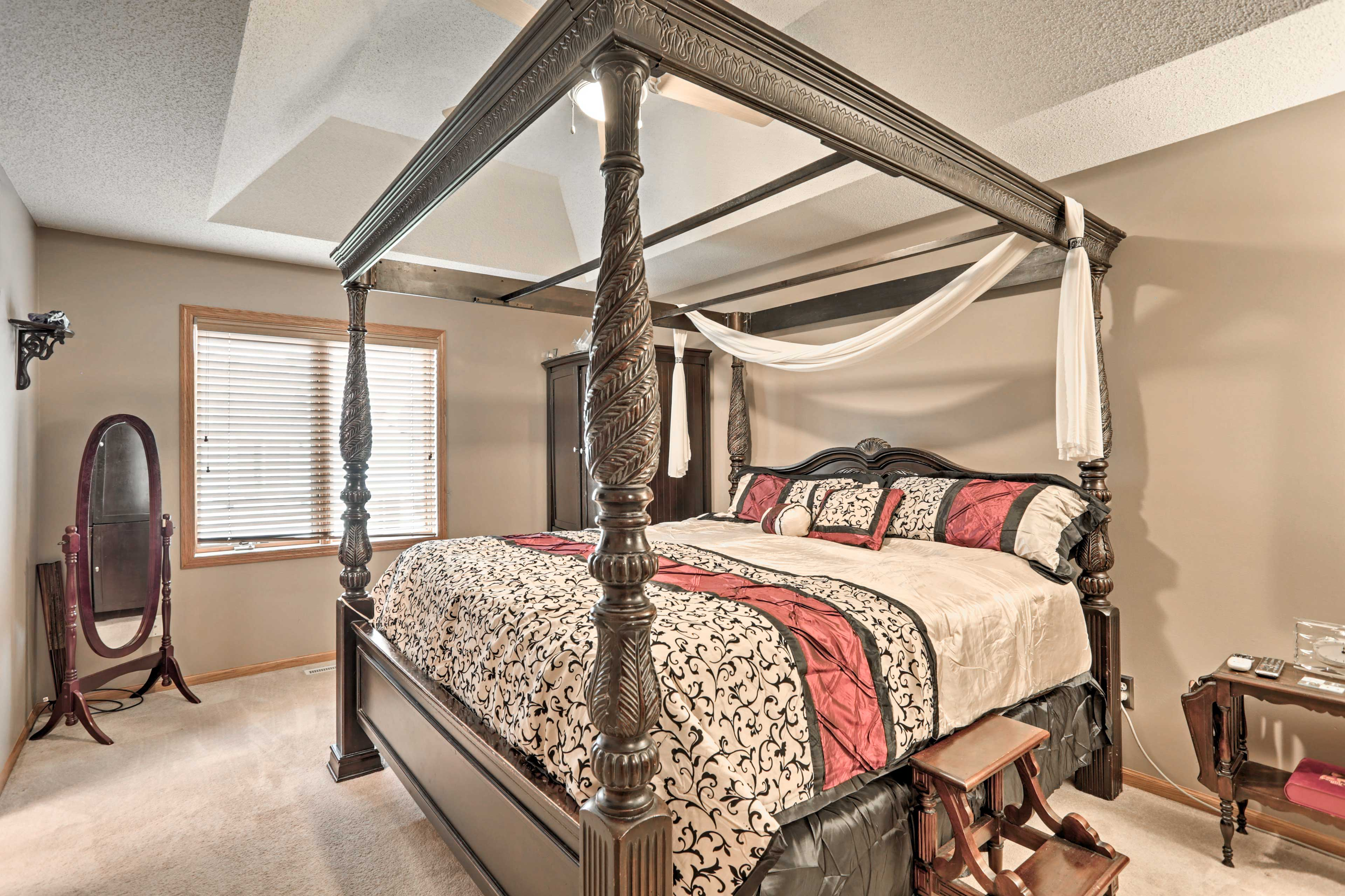 A 4-poster king bed is found in the master bedroom.