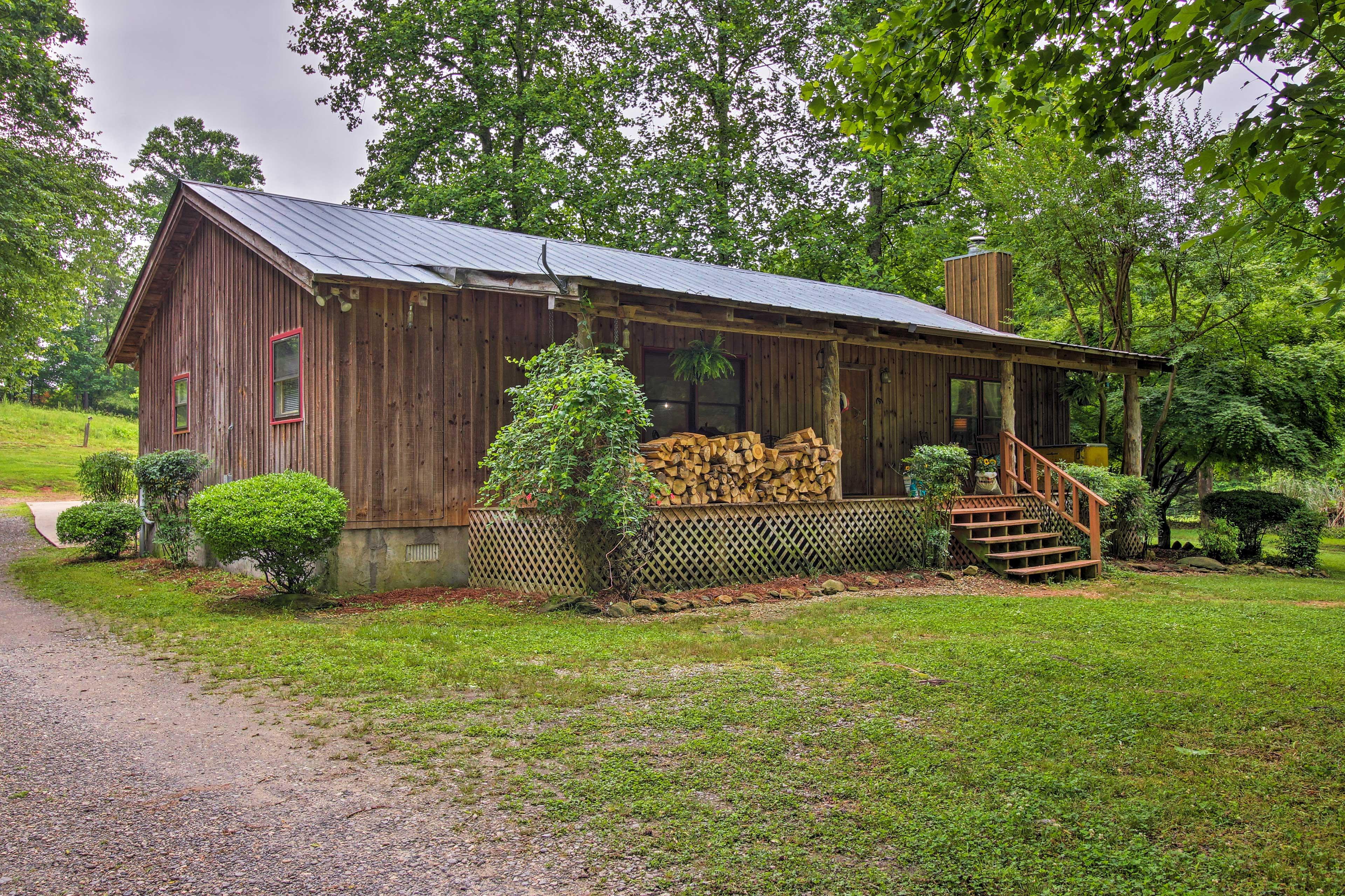 'The Cotton Pickin' Farmhouse' sleeps 8!