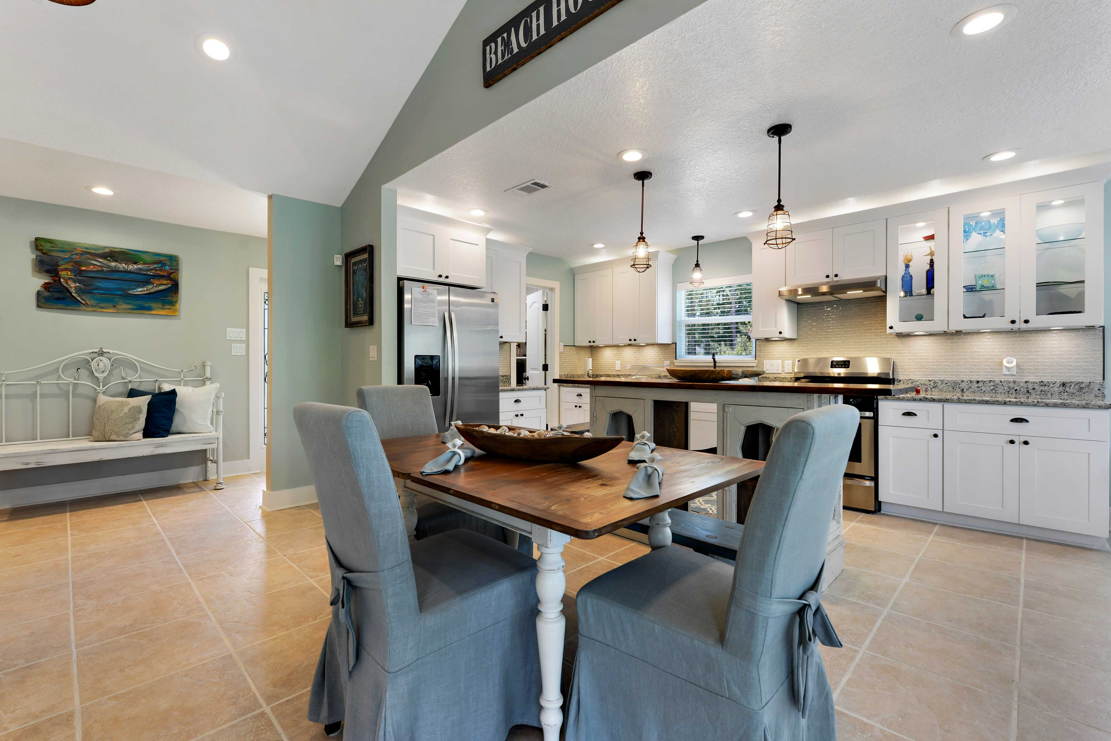 The 1,500-square-foot space can accommodate up to 8 guests.