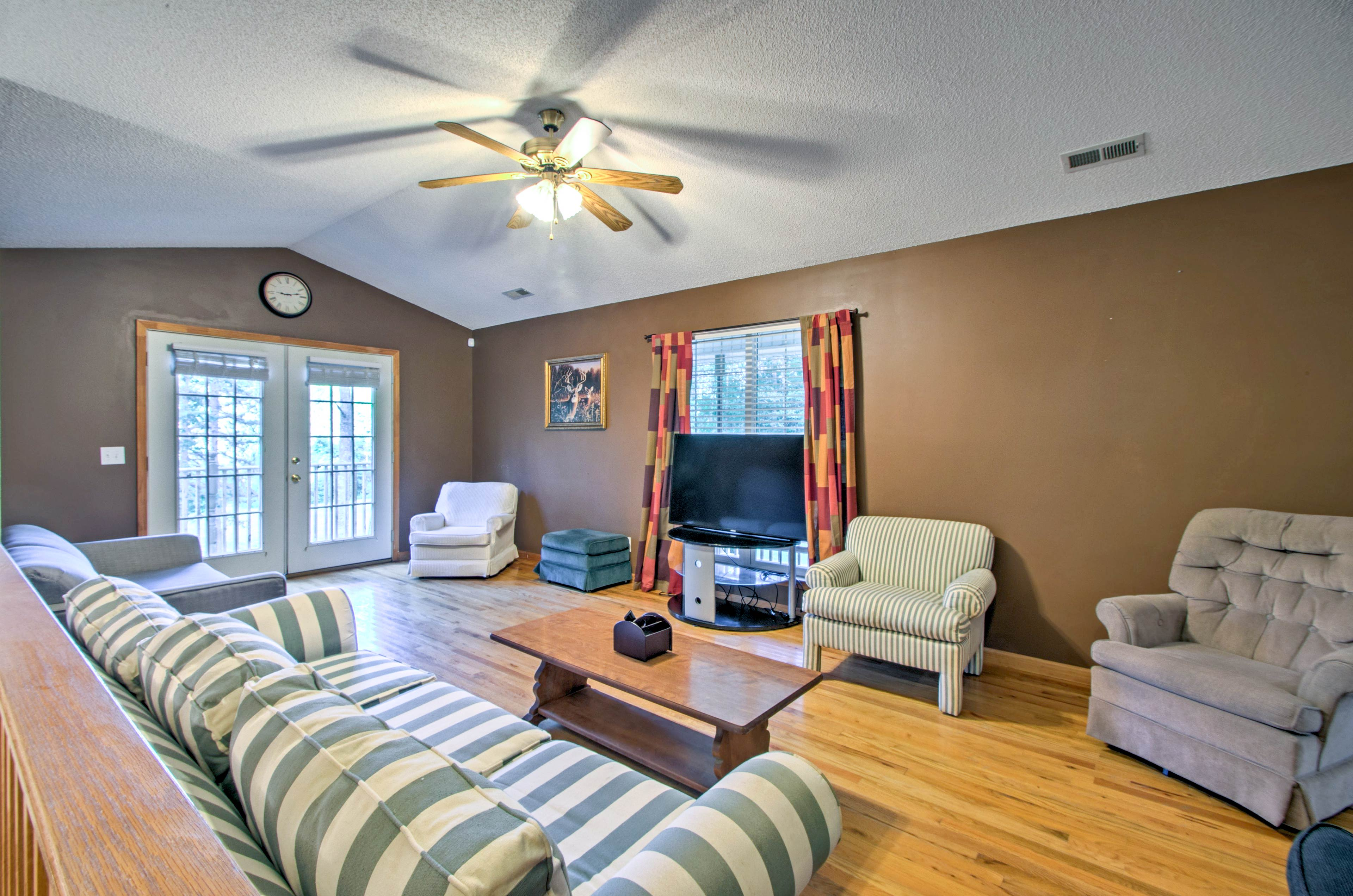 There are 3 bedrooms and 2 bathrooms to accommodate 6 guests.
