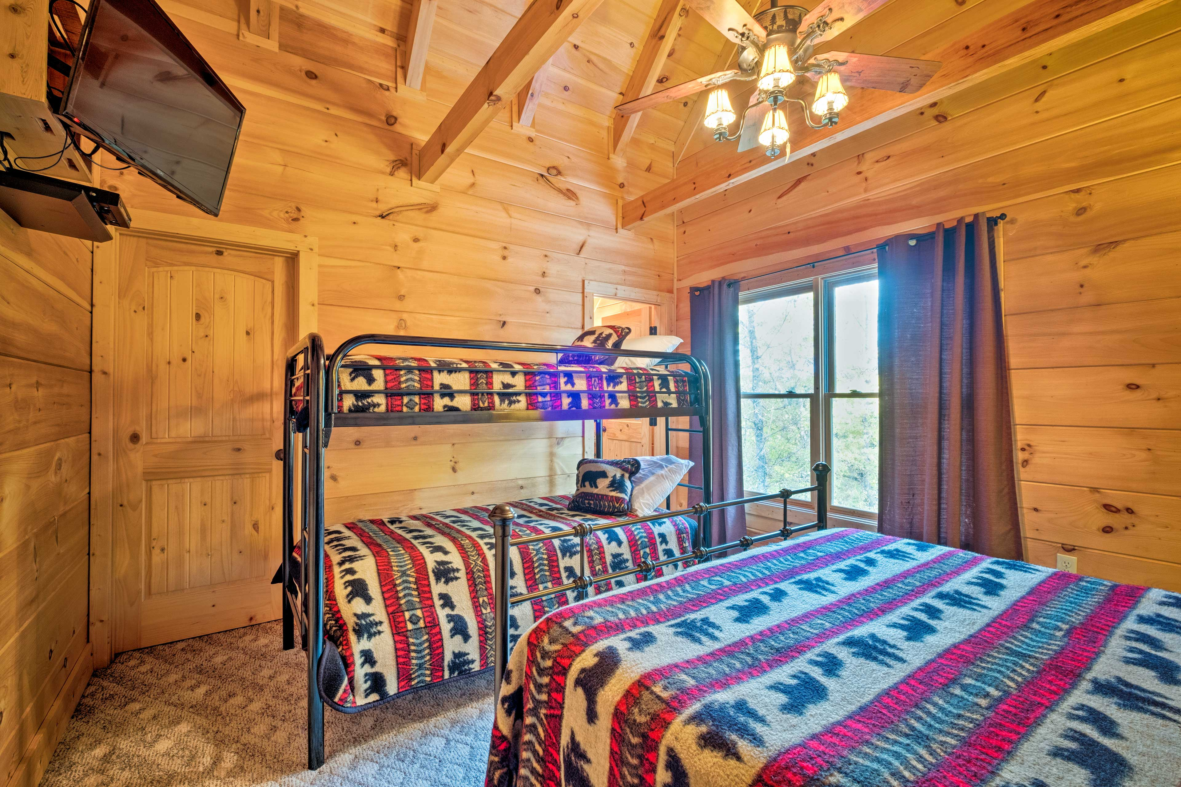 Perfect for sharing, this room has twin bunk beds and a queen bed.