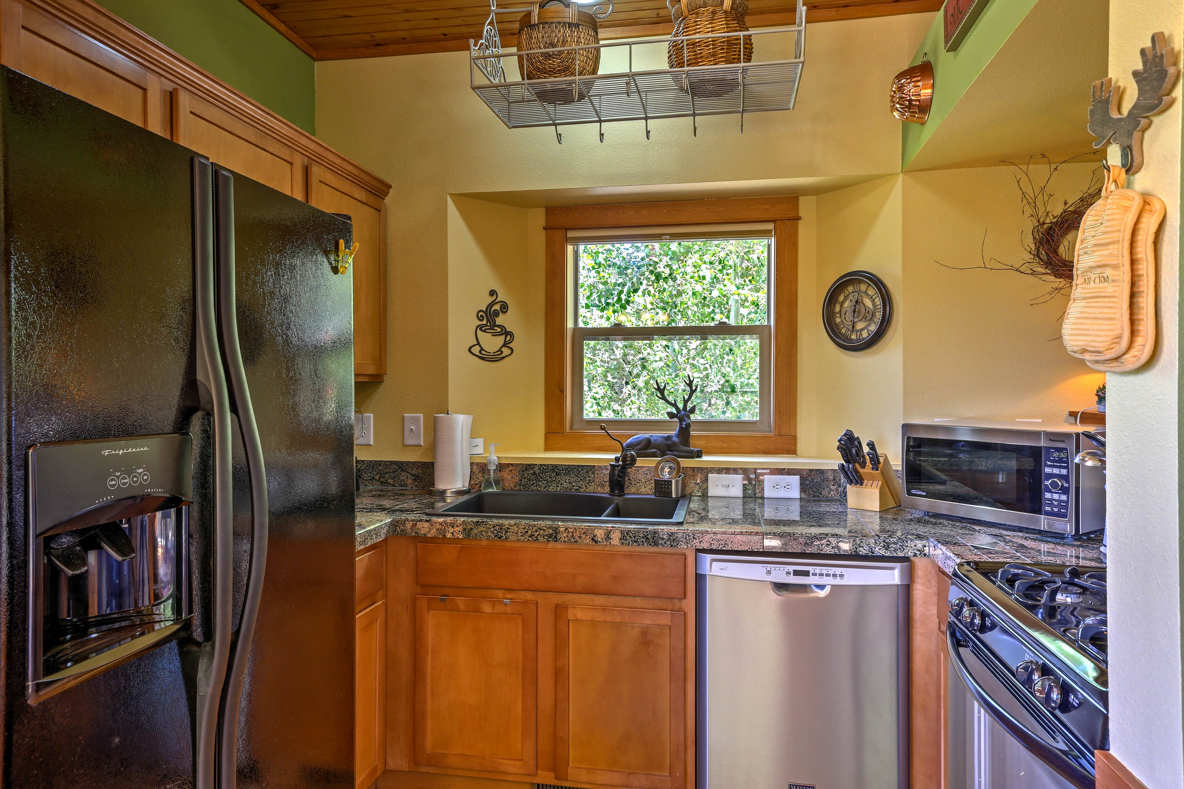 Pack a picnic lunch for your trip to Grand Lake in the fully equipped kitchen.