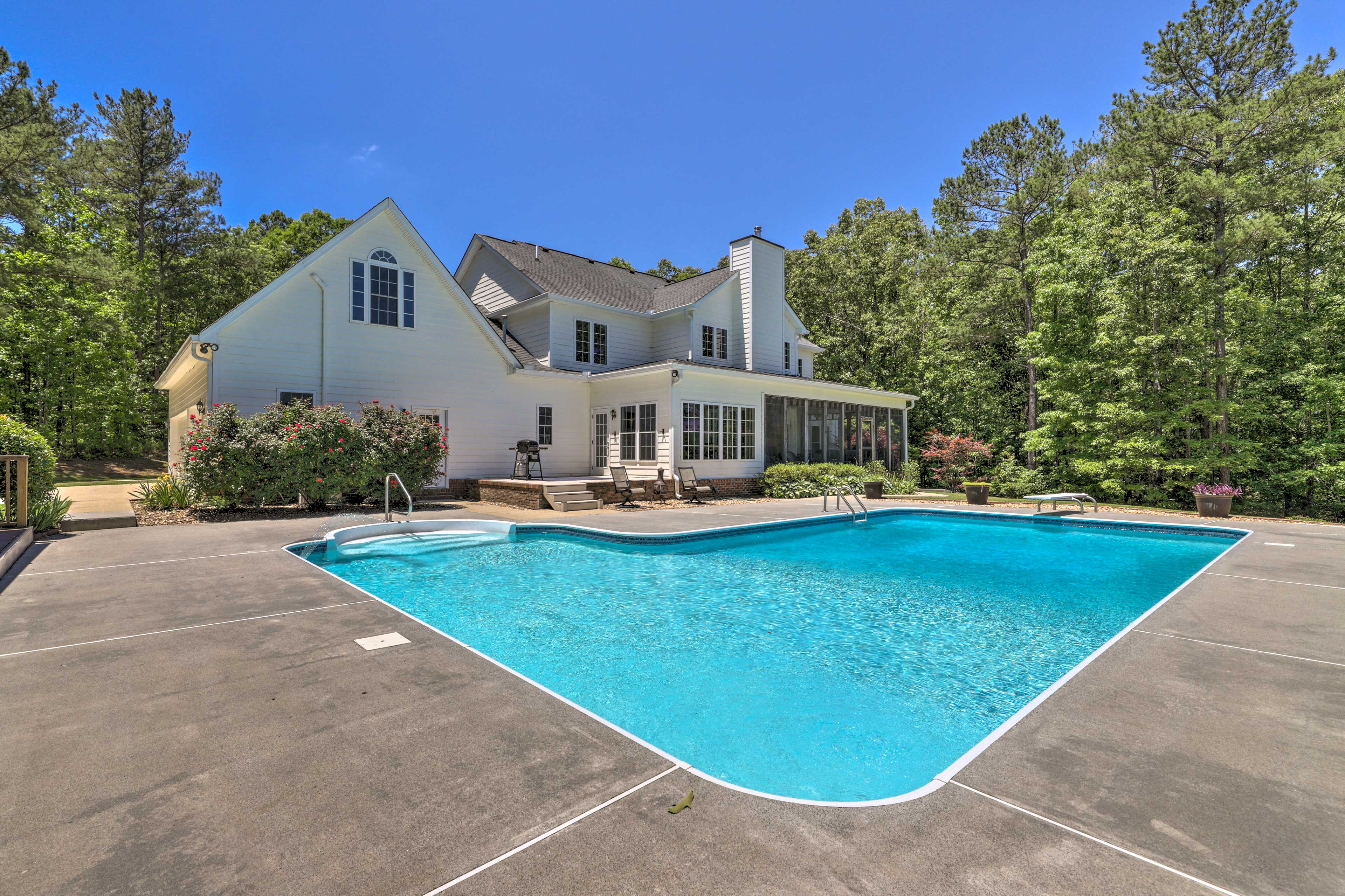 This beautiful Muscadine home offers something for everyone plus a private pool!