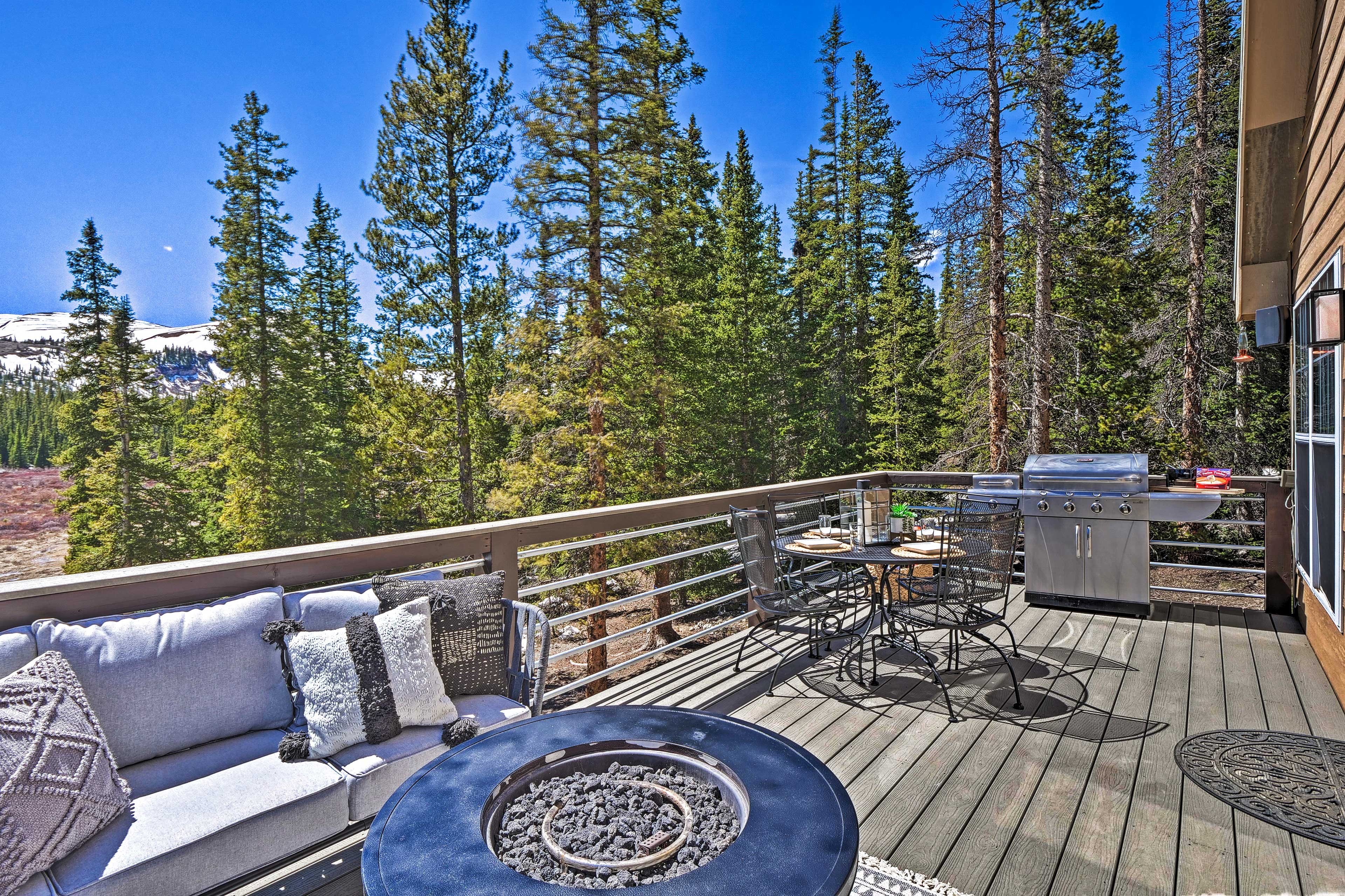 Private Deck   Gas Grill   Outdoor Dining Table   Mountain Views