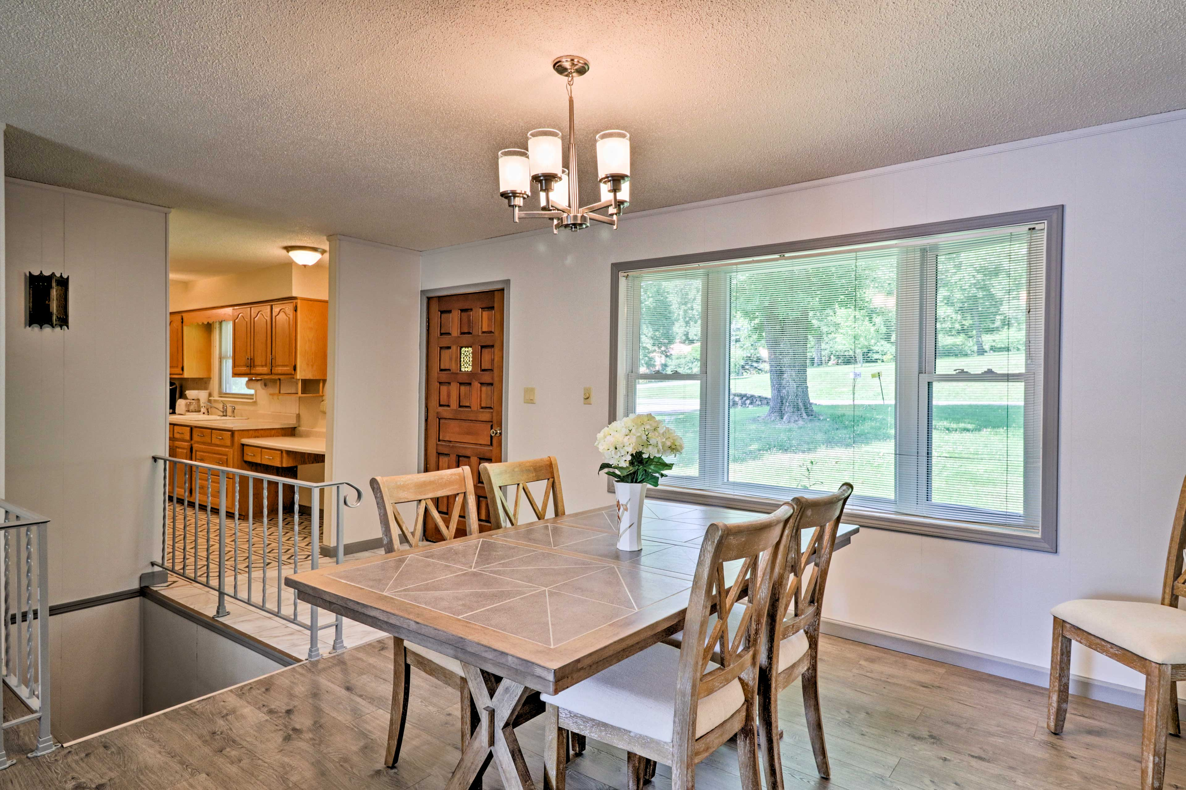 Enjoy feasts with friends at the lovely dining table.