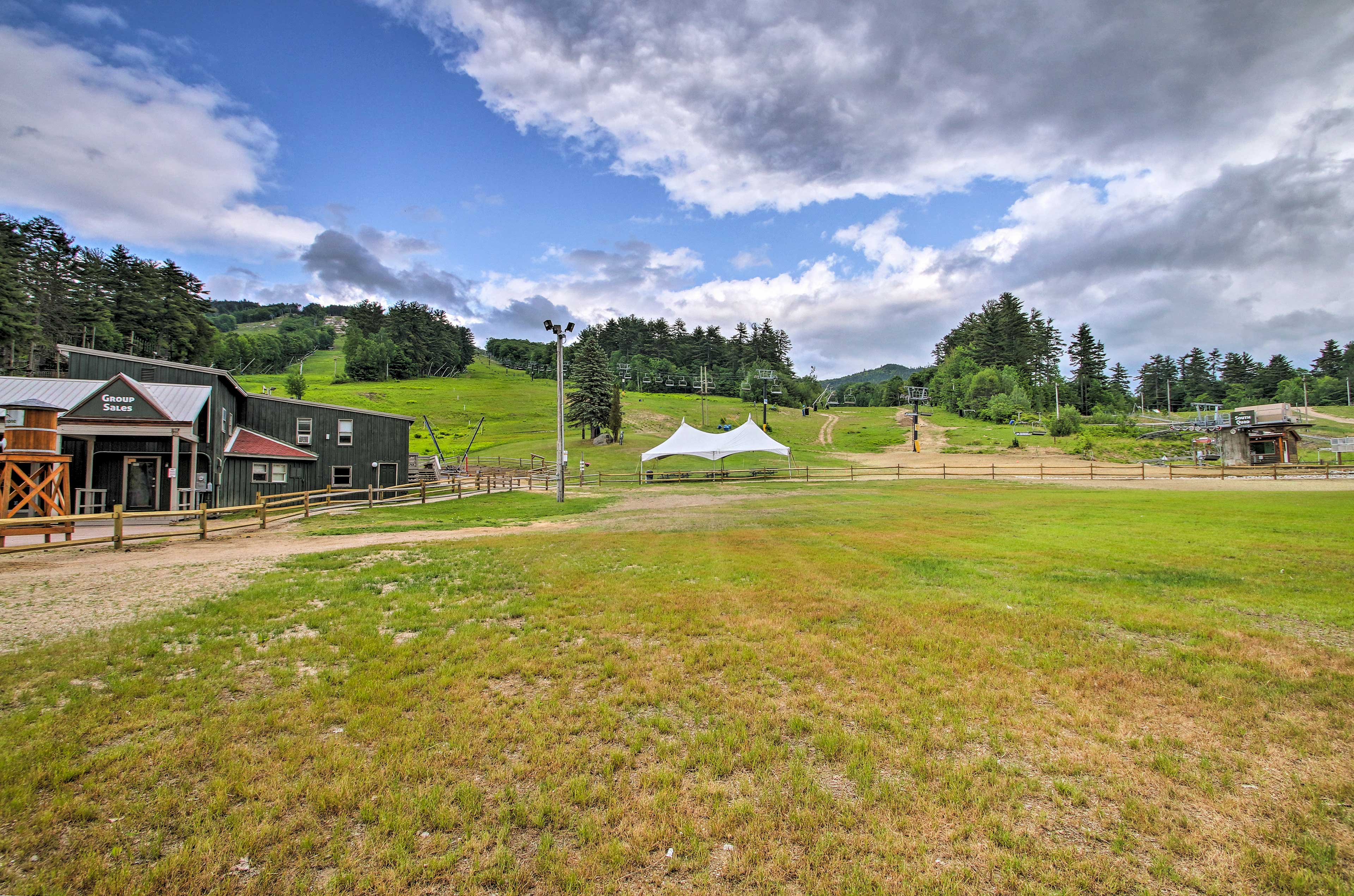 A prime location in North Conway provides easy access to the slopes of Cranmore!