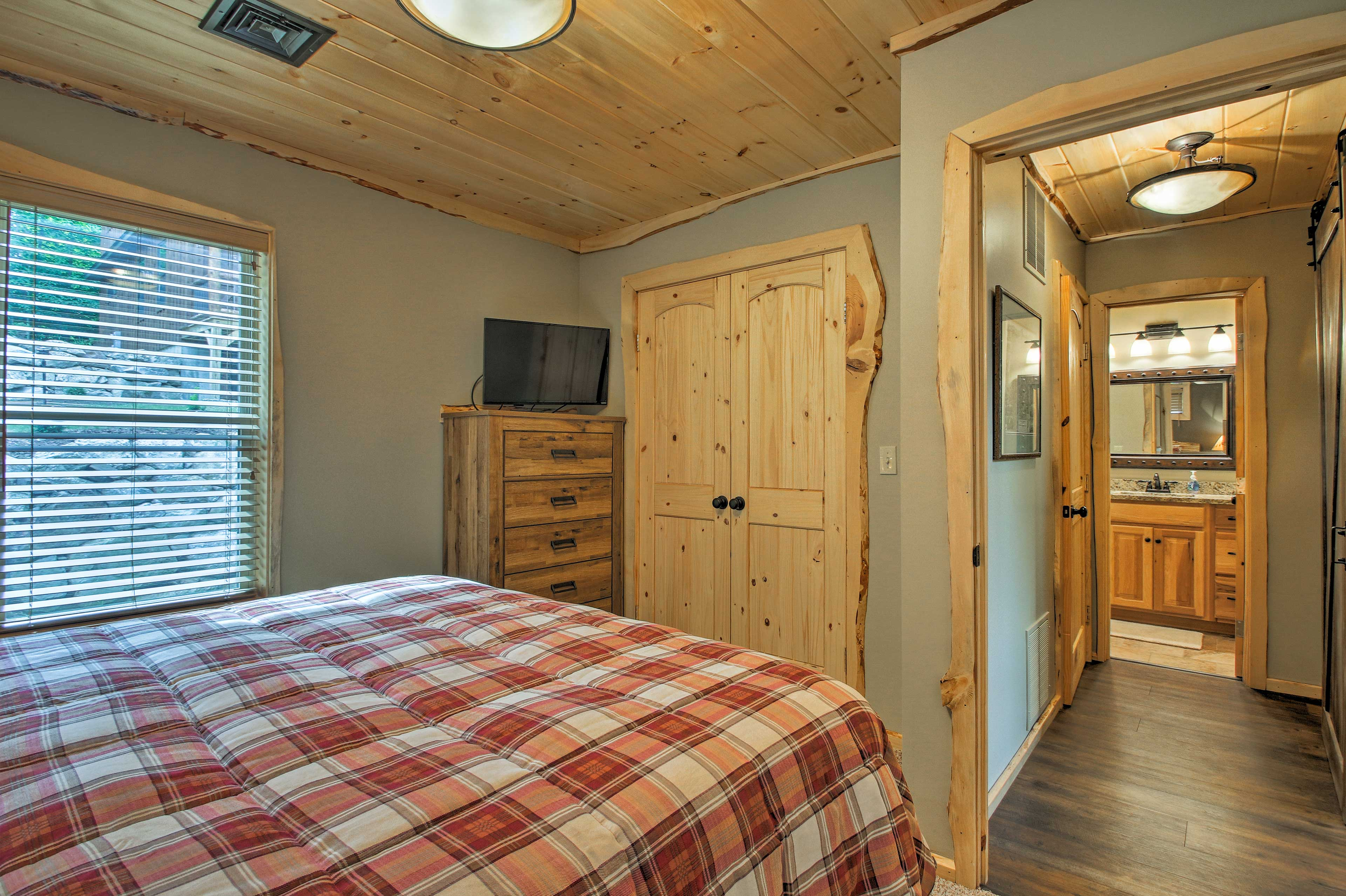 Doze off while watching shows from the comfort of the queen bed.