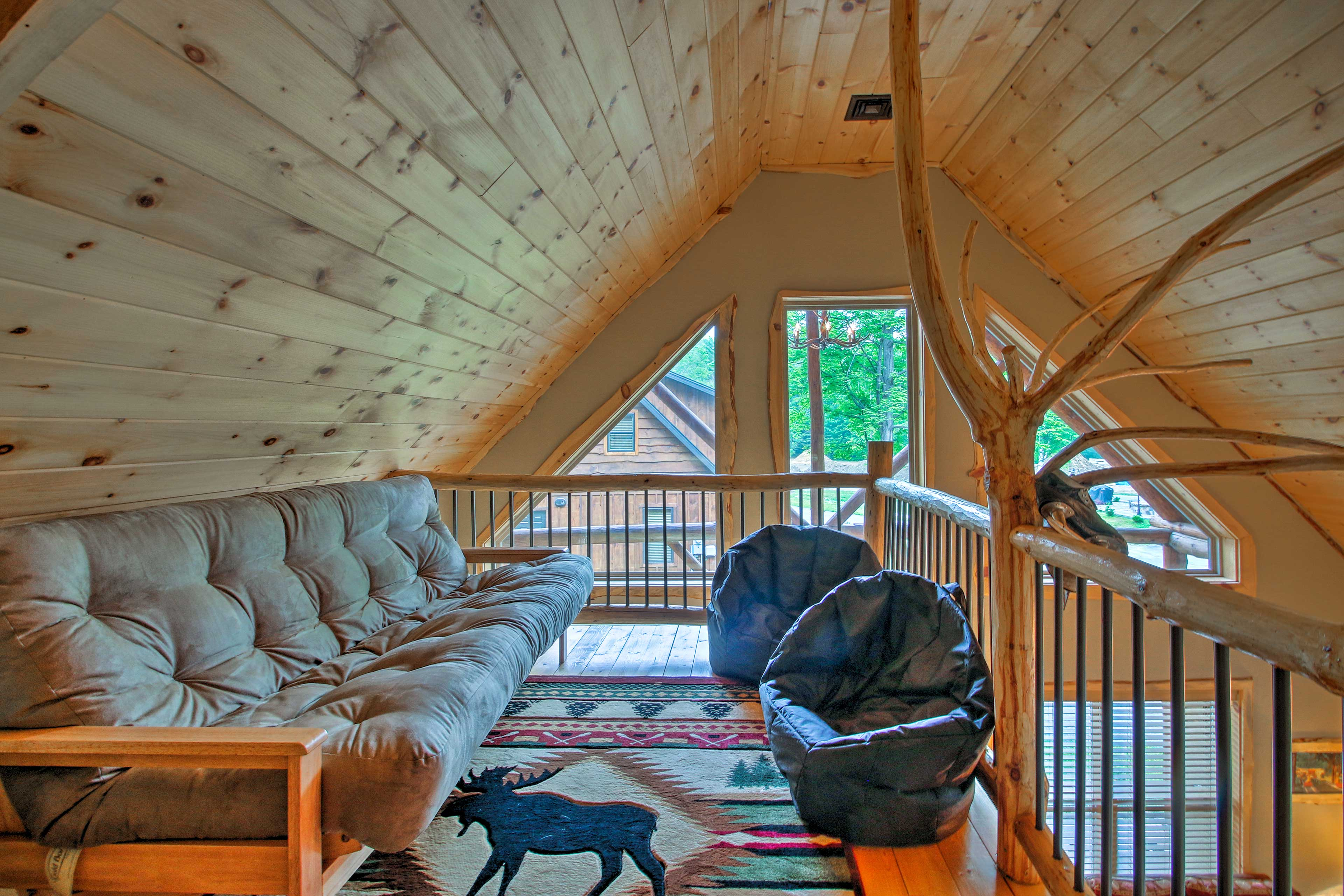 Two additional guests can find comfortable accommodations on the futon.