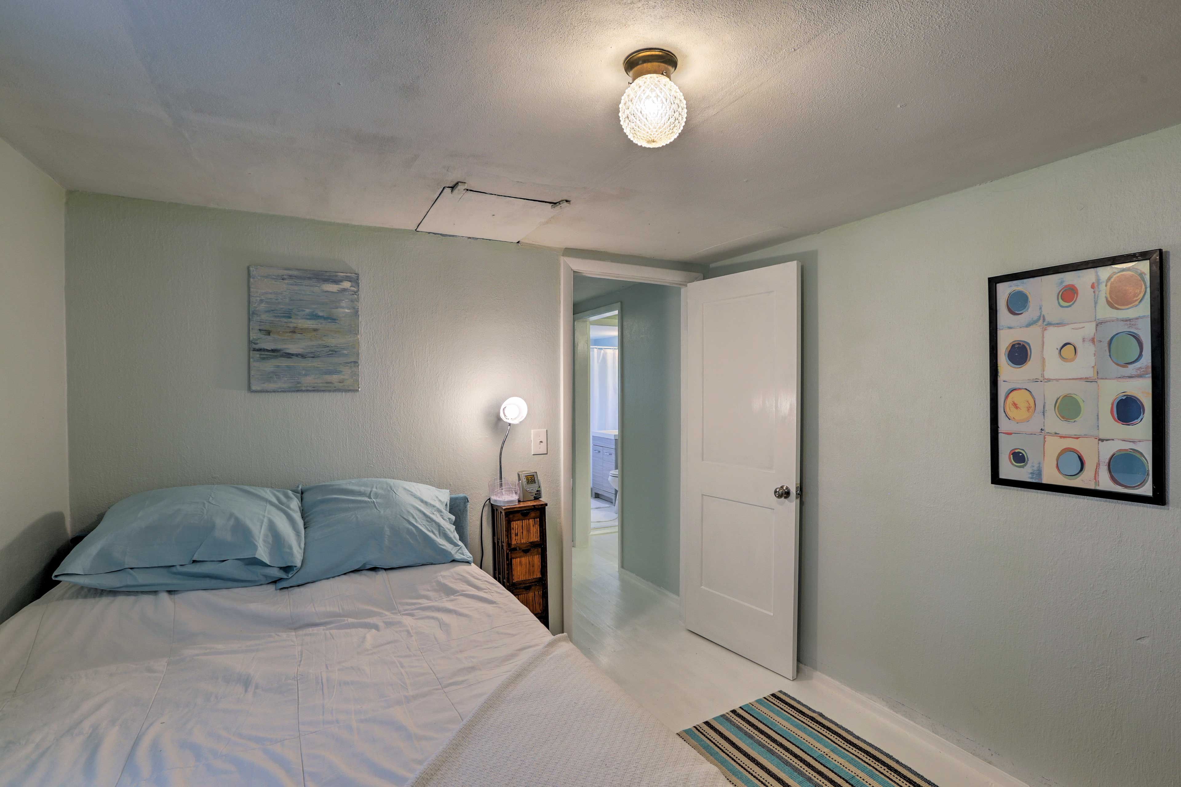 Sleep is sure to come easy on this room's full bed.