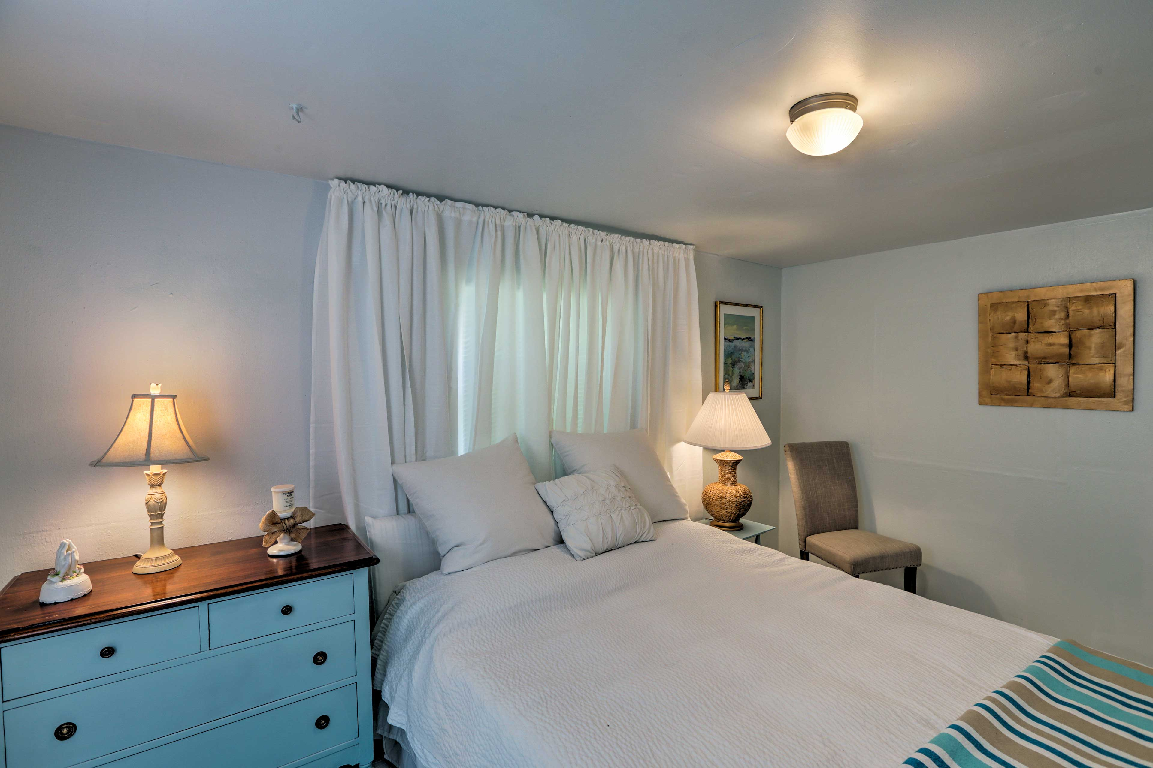 You and your loved one can cuddle up on the queen bed.