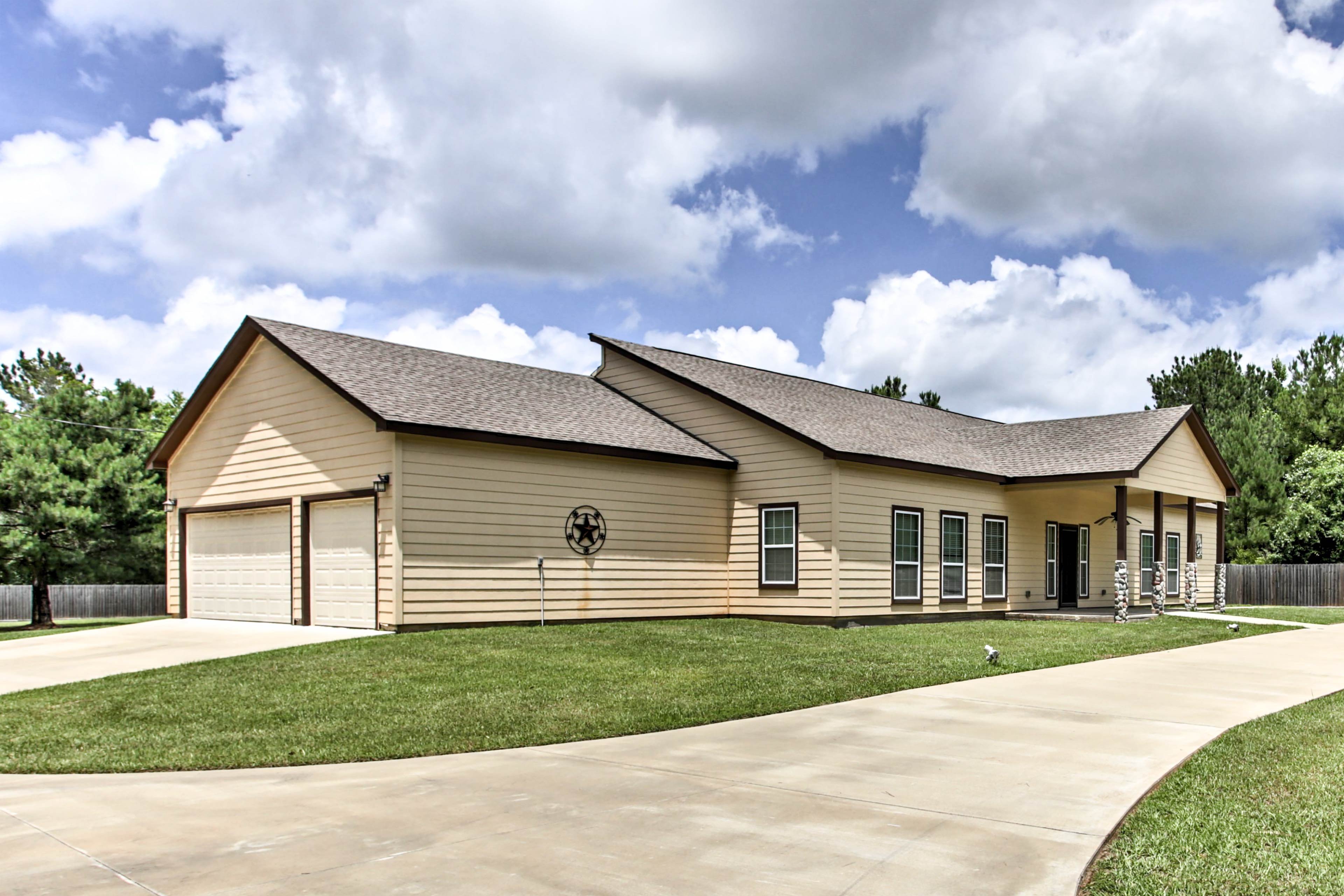 Plan your next Texas retreat to this Marshal vacation rental house!