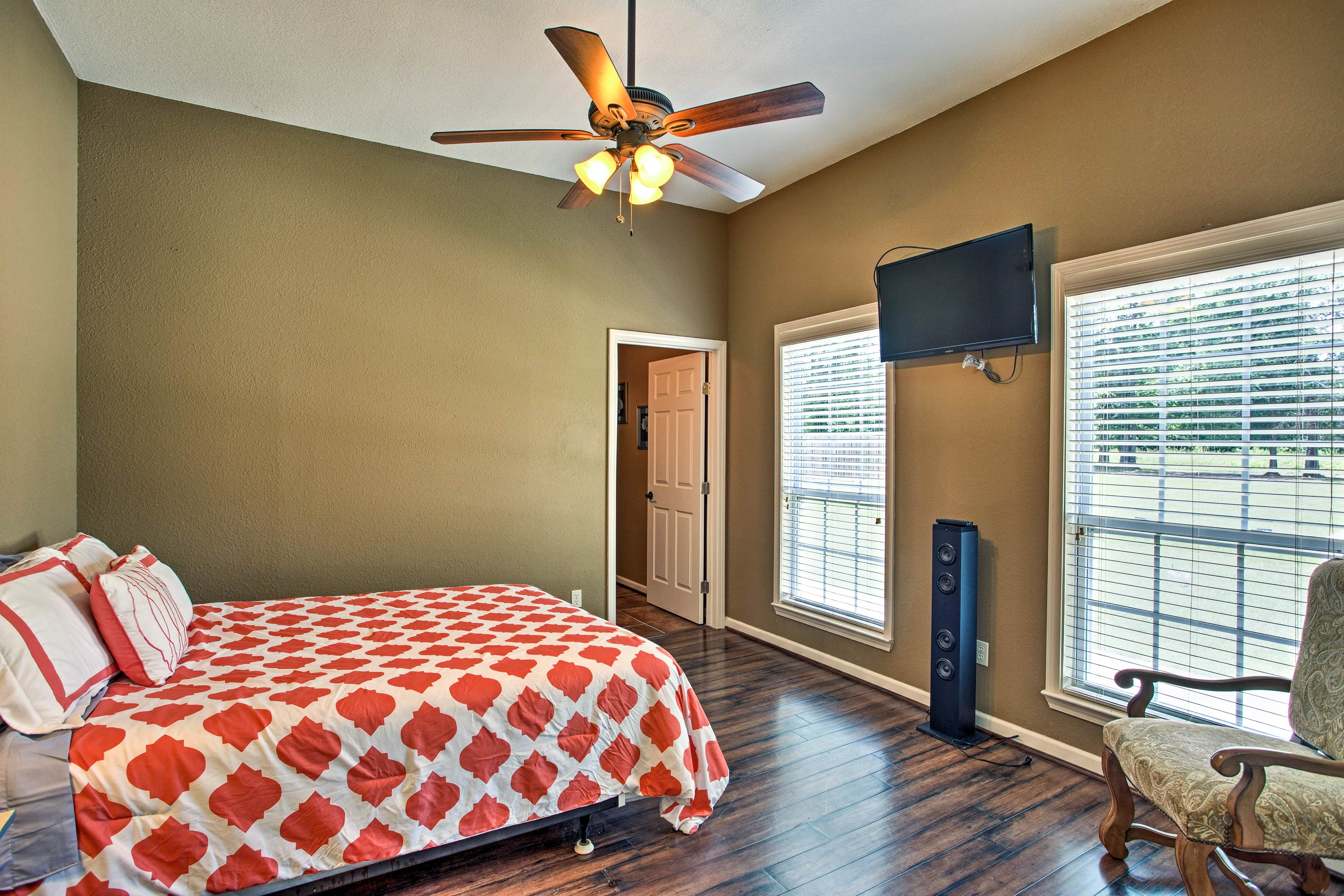 The additional 3 bedrooms are all furnished with queen beds.