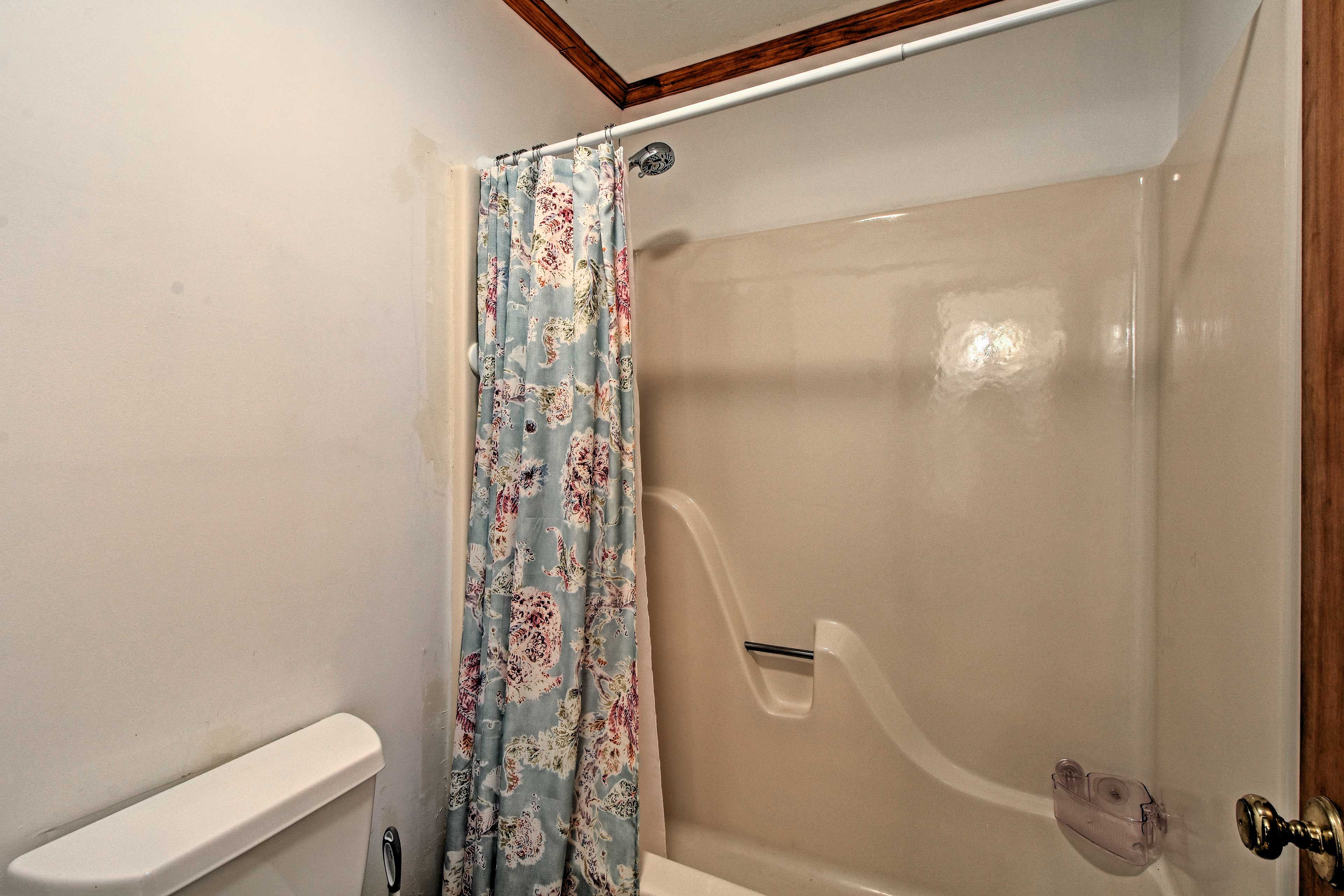 This shower/tub combo is shared between the 2 upstairs bedrooms.
