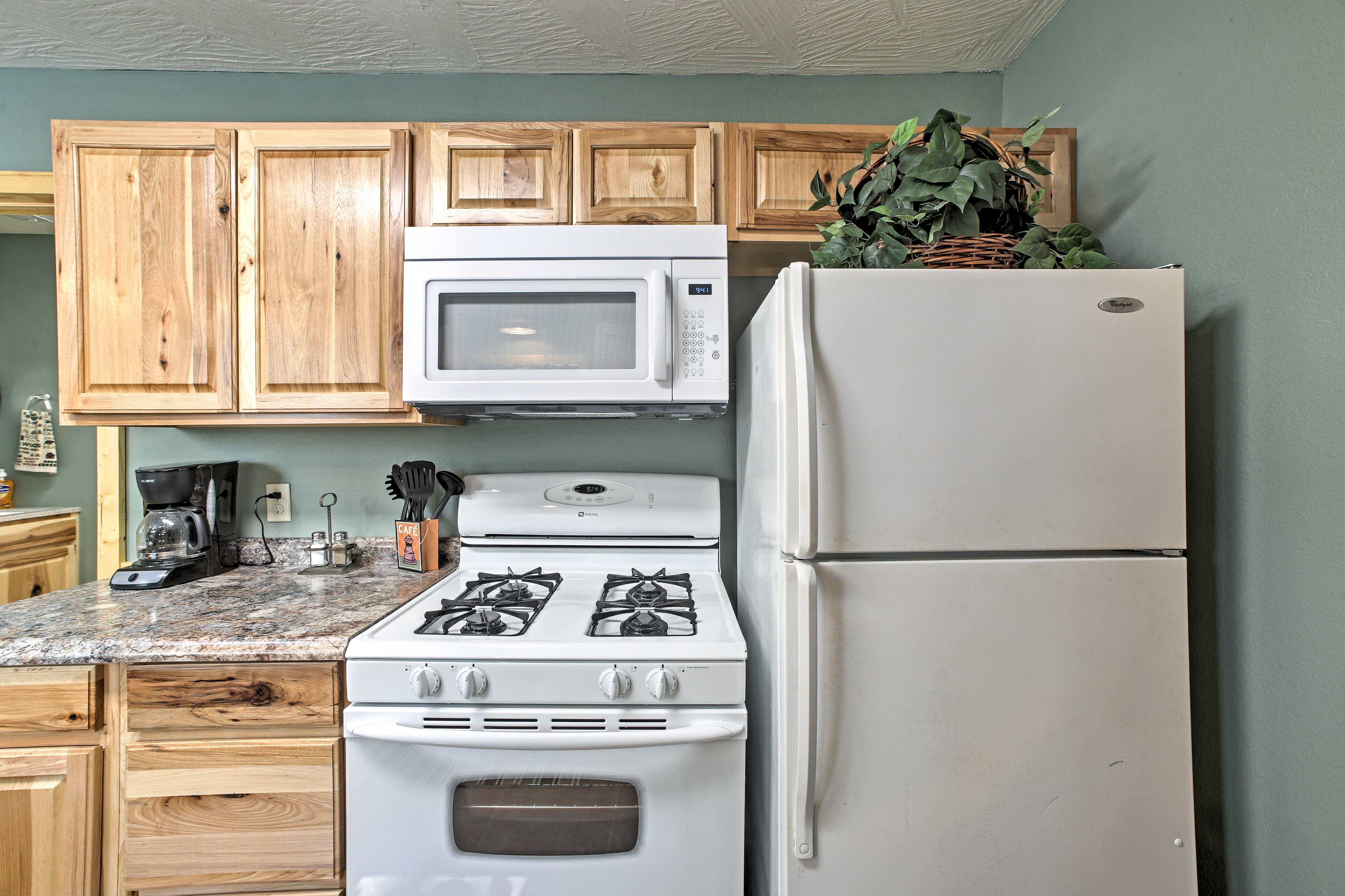 Cooking is easy thanks to the well-stocked room.