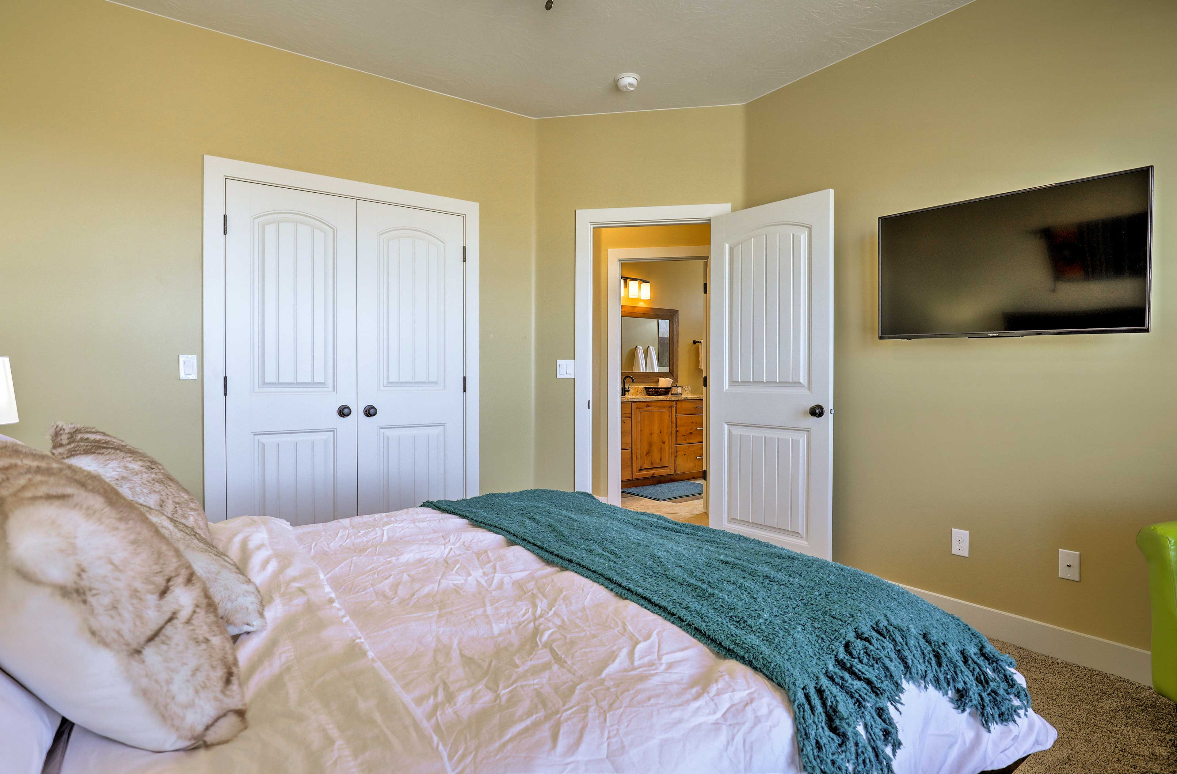 The room is complete with a flat-screen Smart TV.