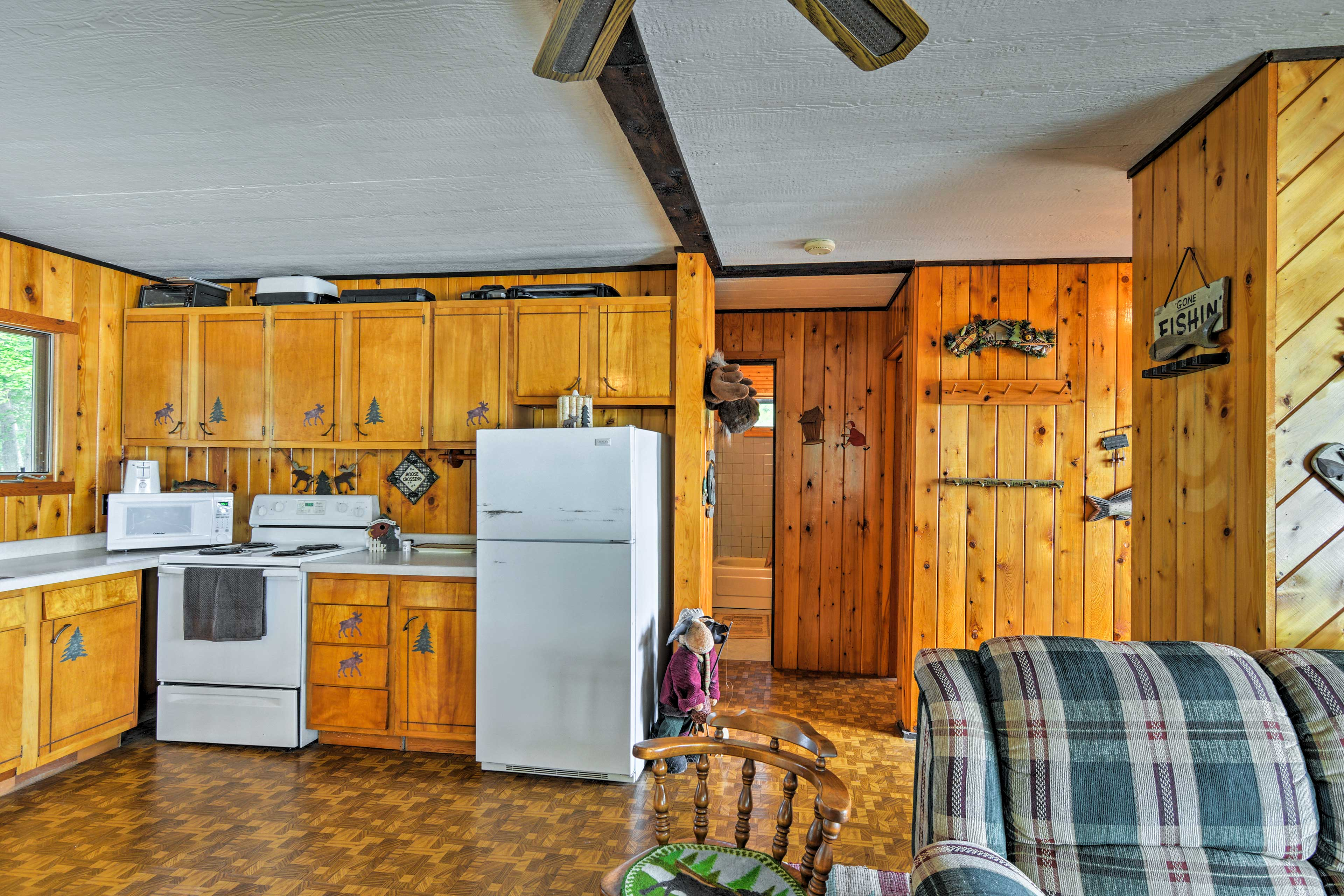 The well-equipped kitchen holds everything you may need for home-cooked meals.