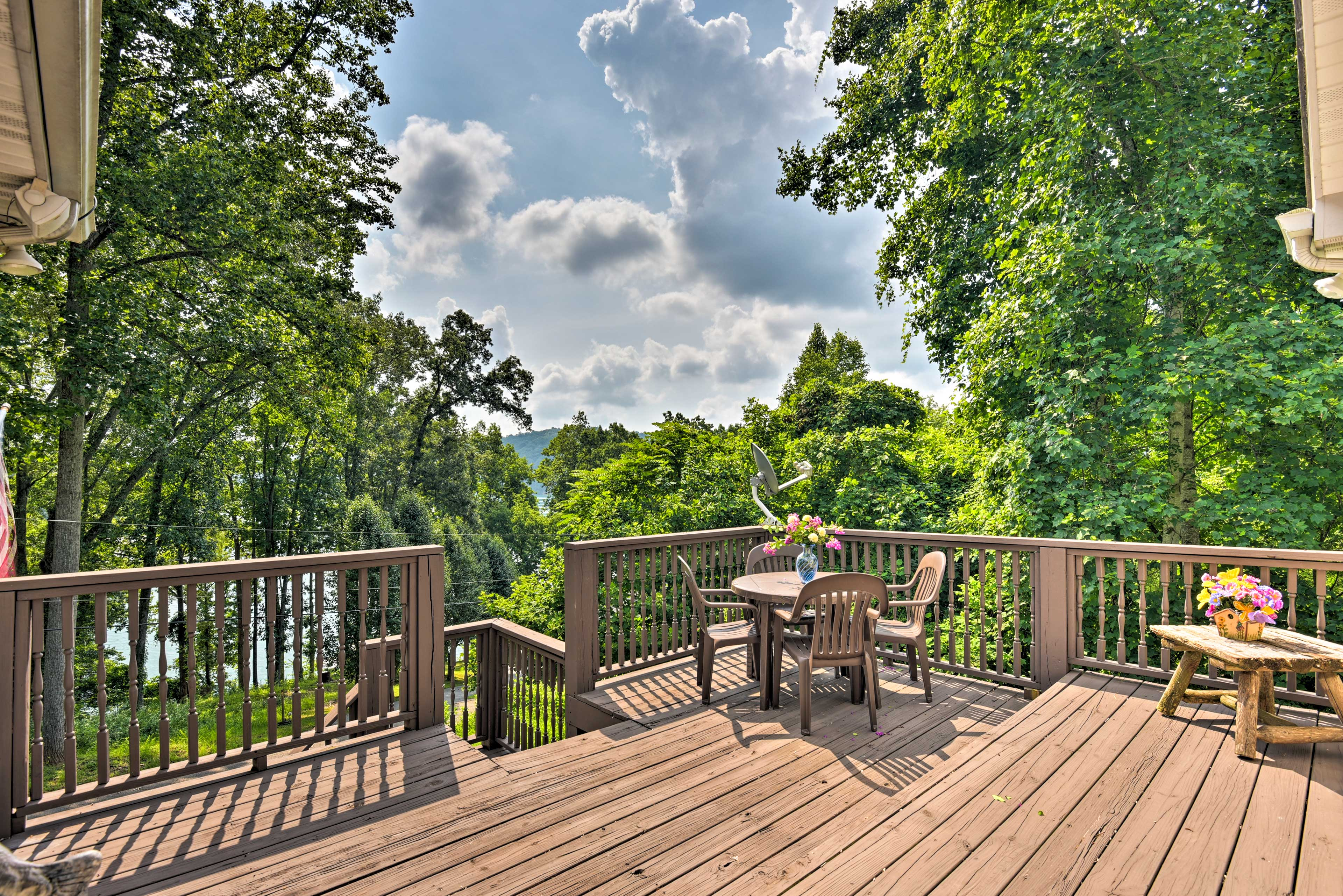 Located on Norris Lake, this home for 4 is both luxurious and cozy.