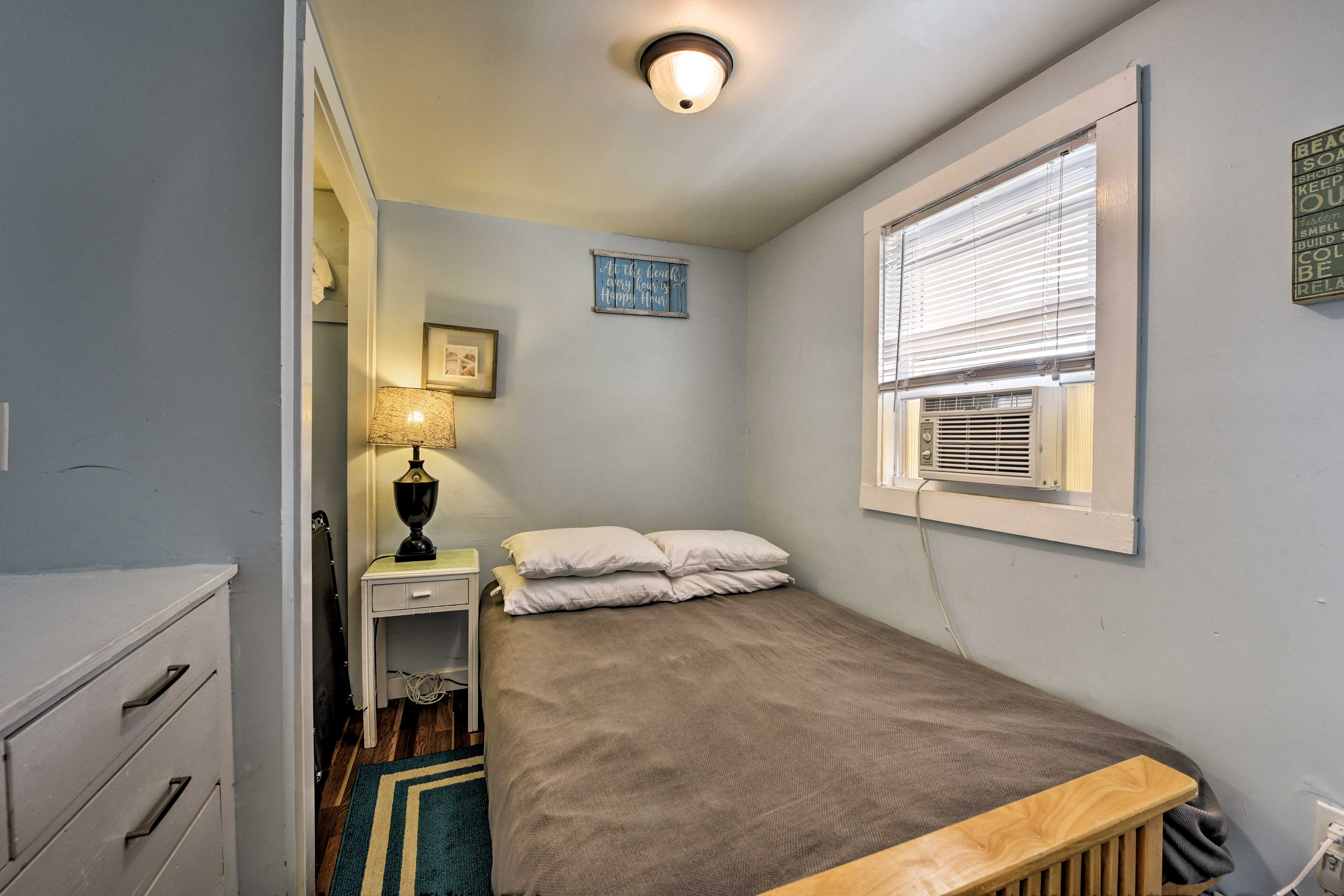 Guests are sure to sleep soundly in this full bed.