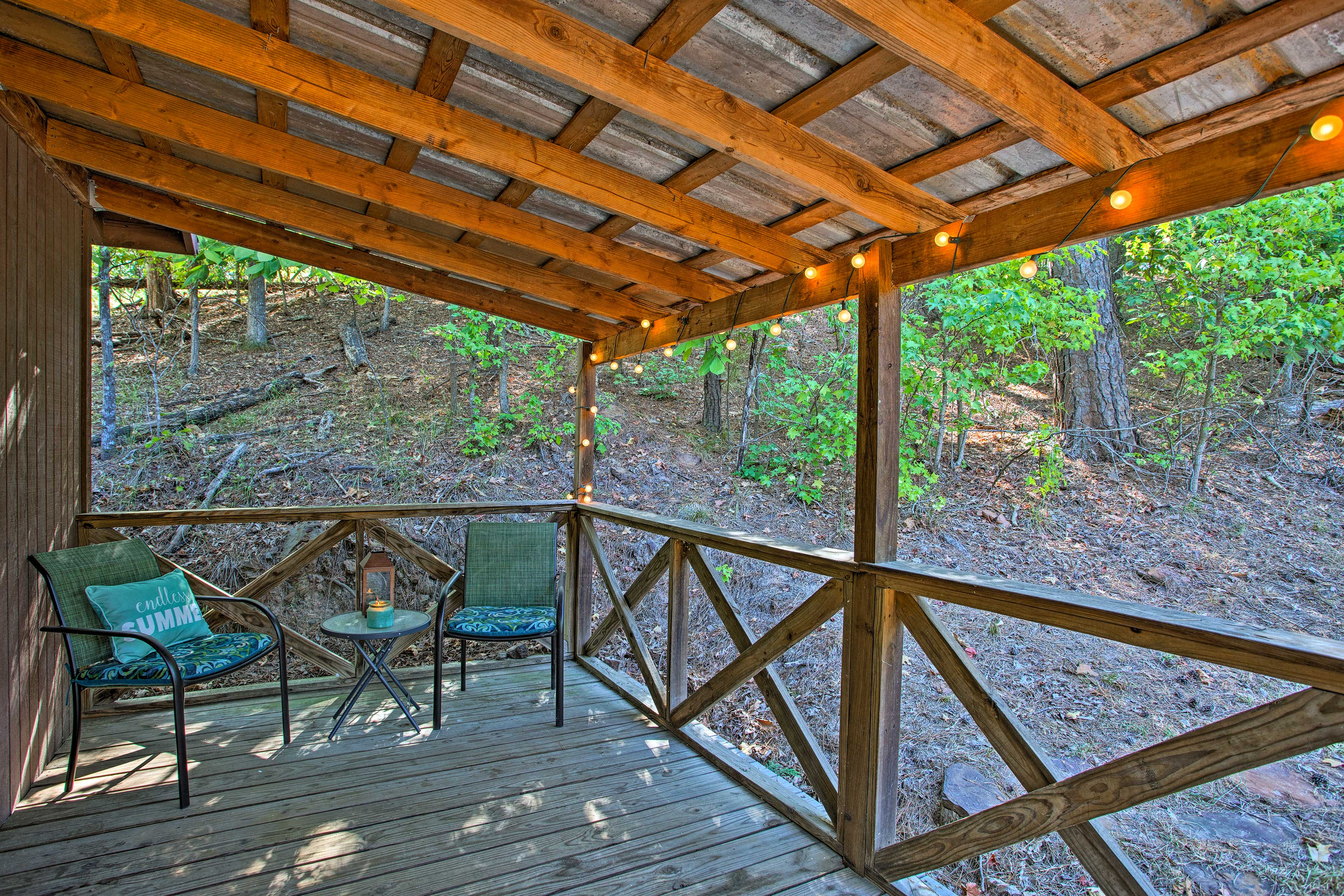 This vacation rental cabin on Lake O' the Pines offers the ideal holiday for 3.