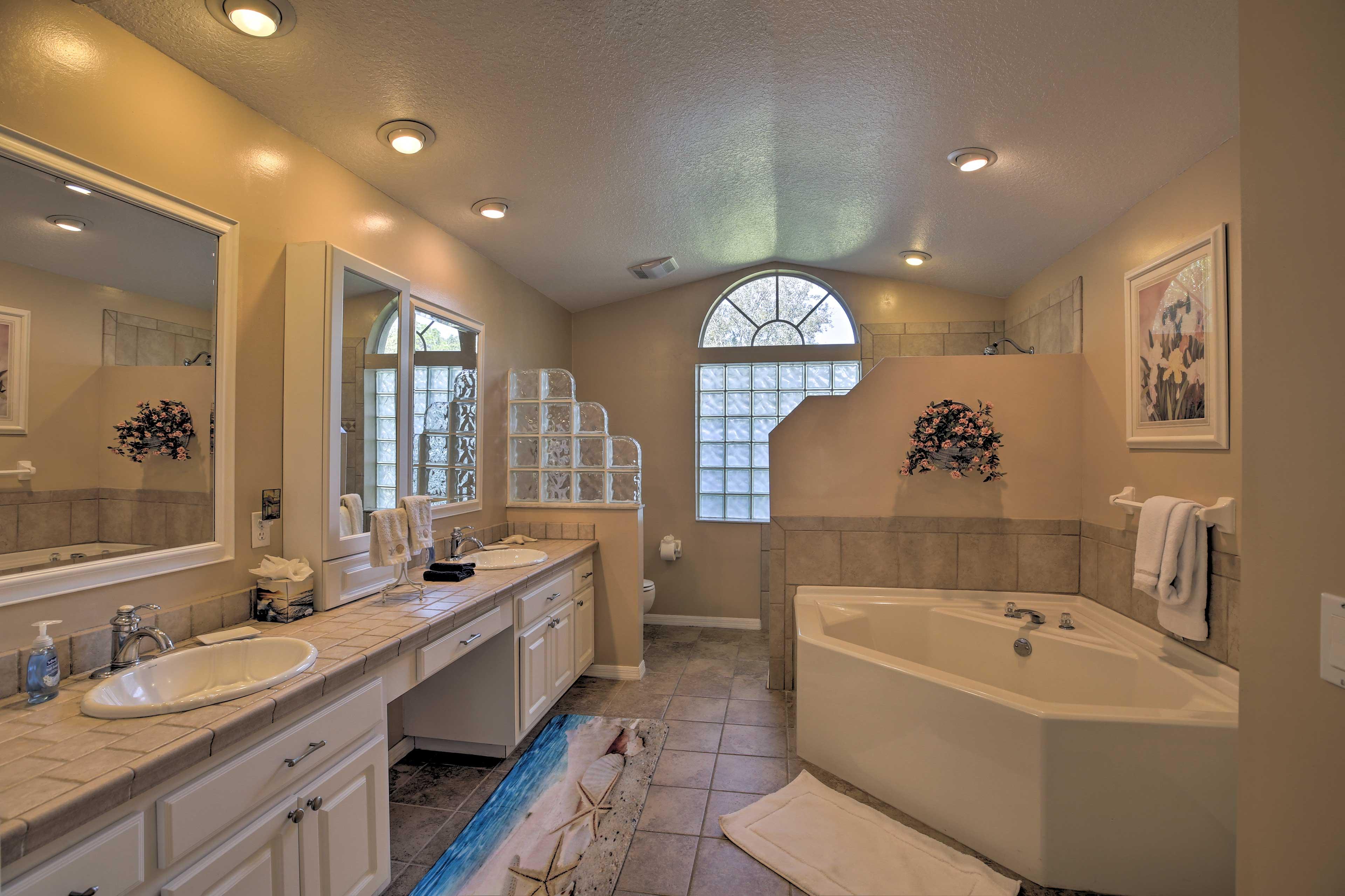 Master Bathroom | En-Suite | Soaking Tub | Dual Sinks