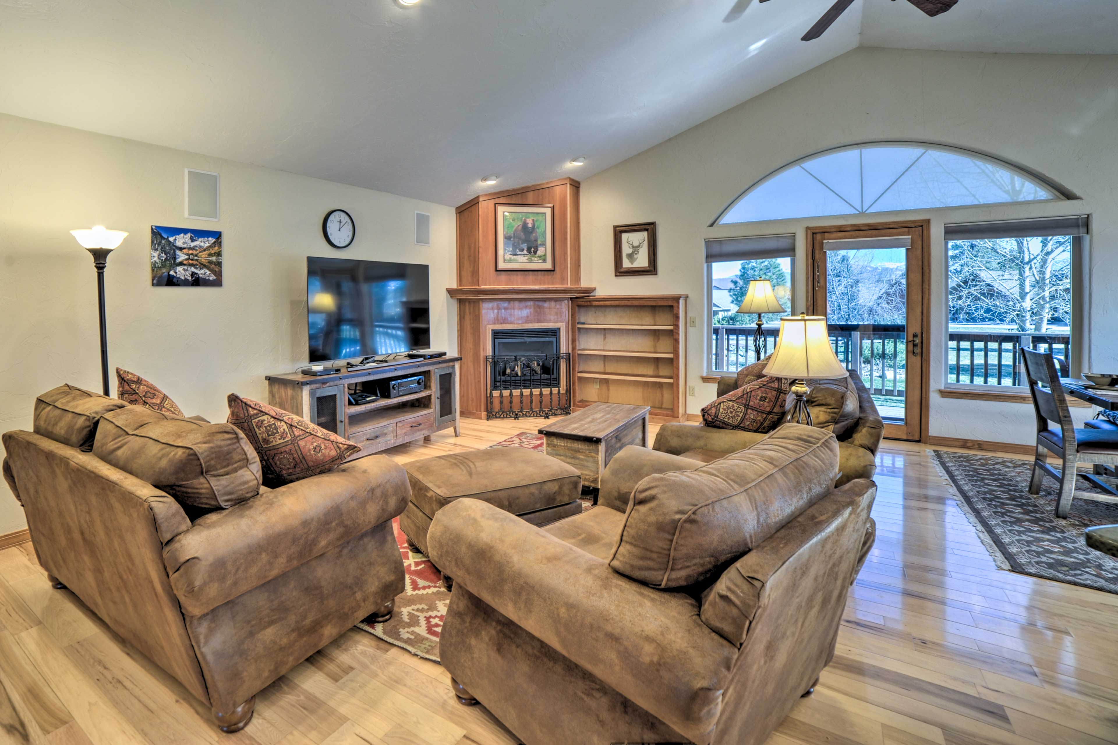 The beautiful home has 2 bedrooms, 2.5 bathrooms, and sleeps 6 travelers.