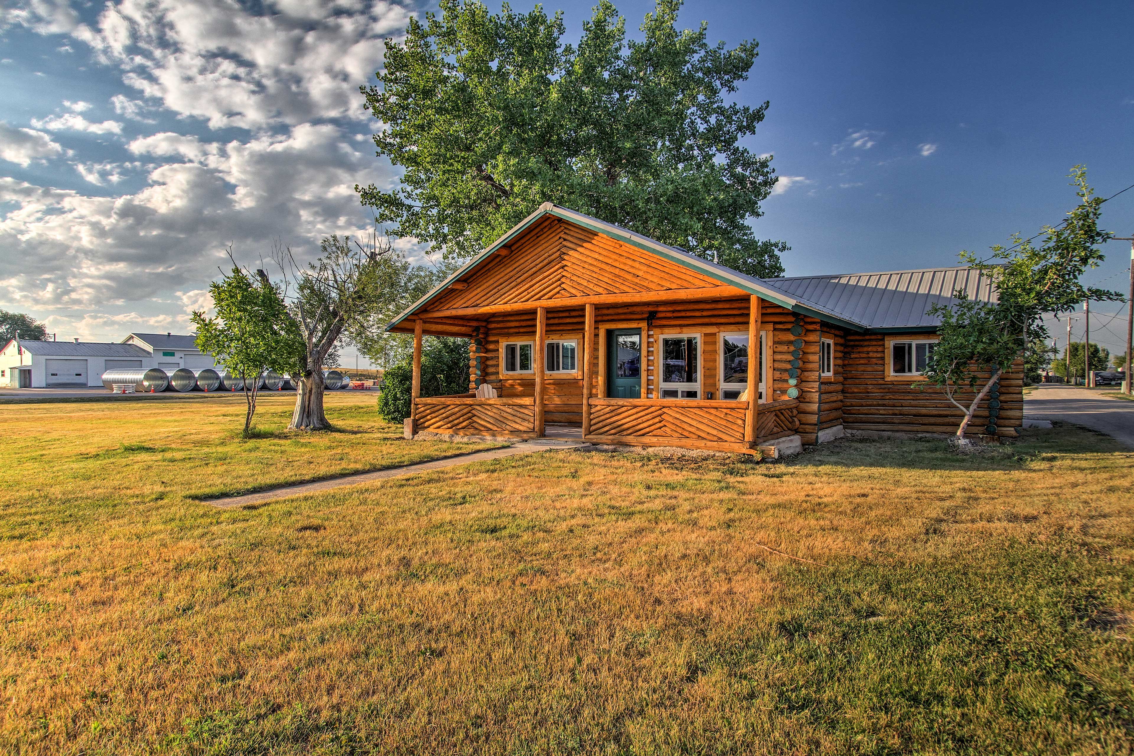 This cabin is located in the heart of Augusta.