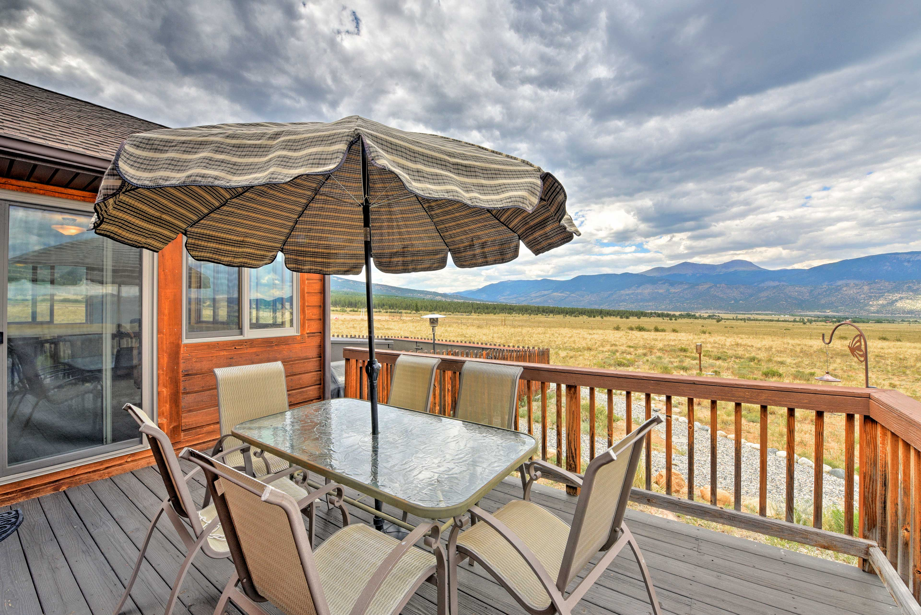 A 360 mountain panorama sets the scene for this Buena Vista vacation rental.