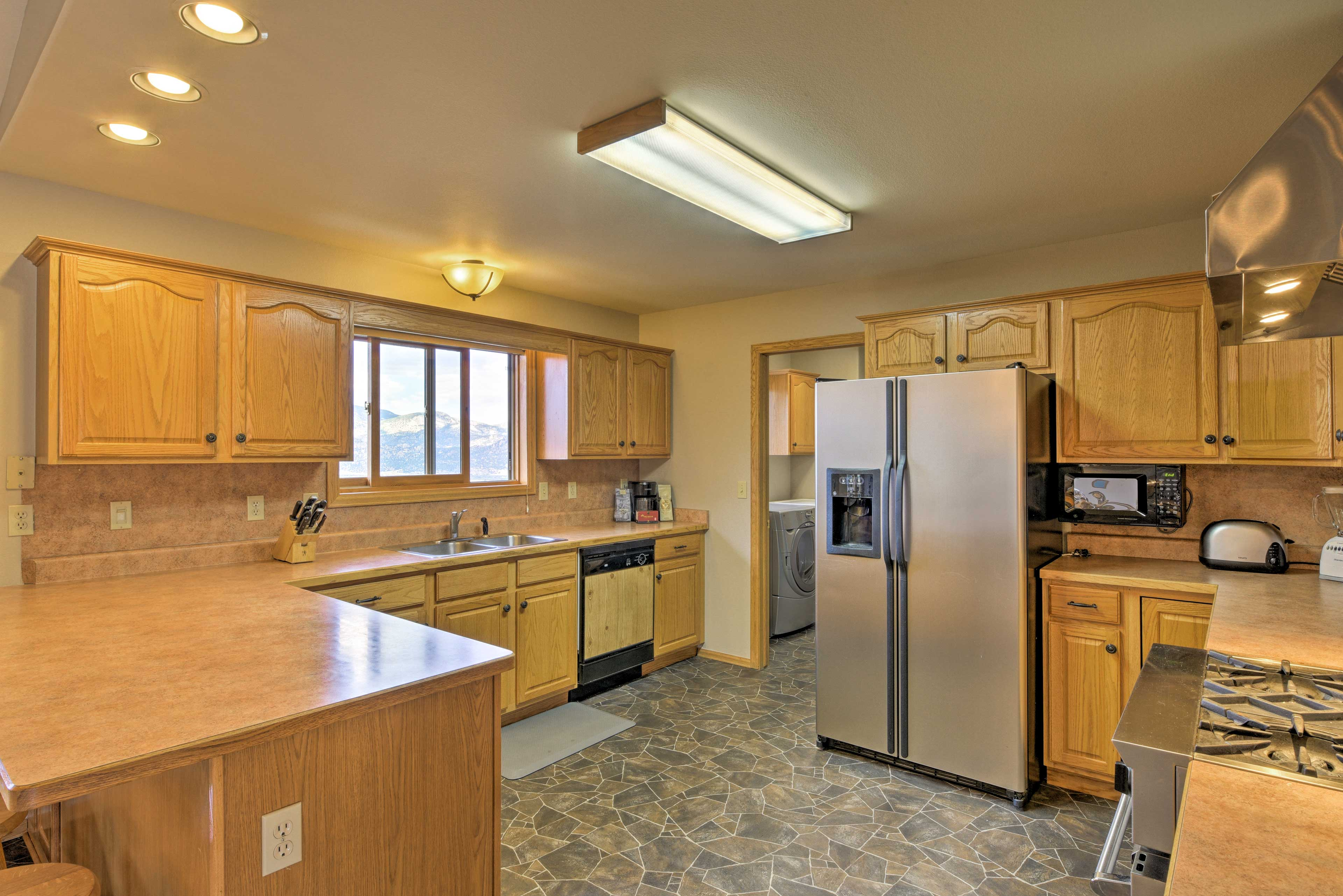 Homemade meals are easy as pie in this fully equipped kitchen!