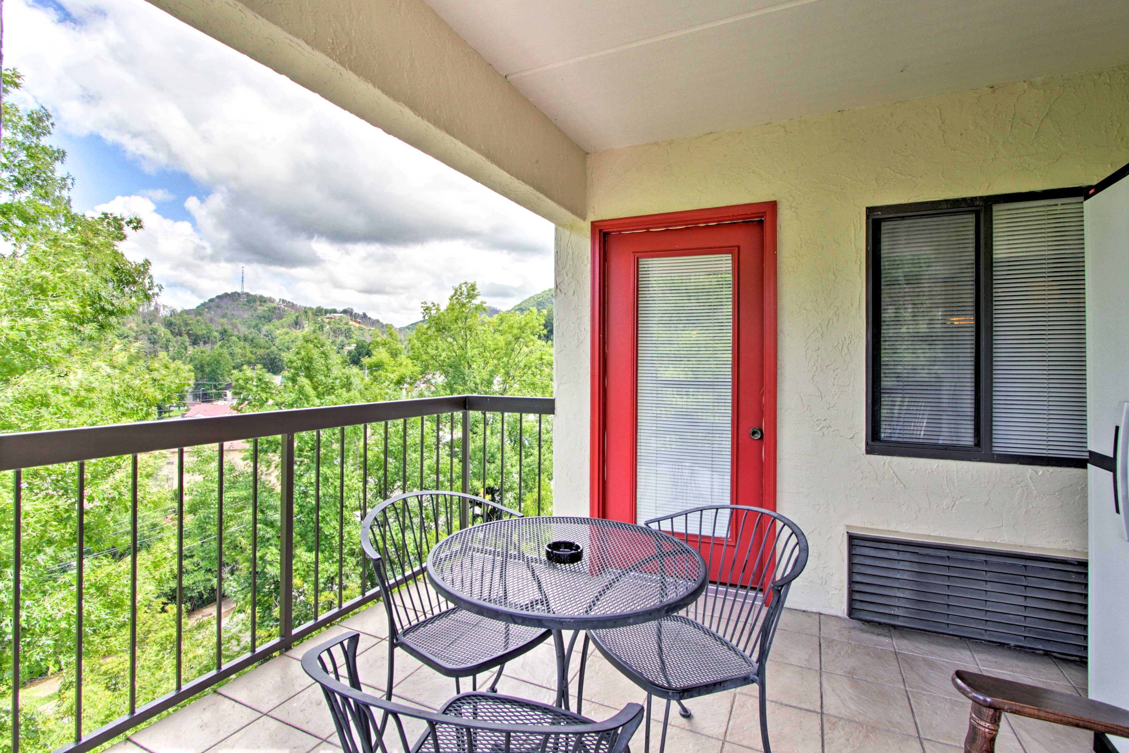 Enjoy a meal at this quaint patio table in the fresh Tennessee air.