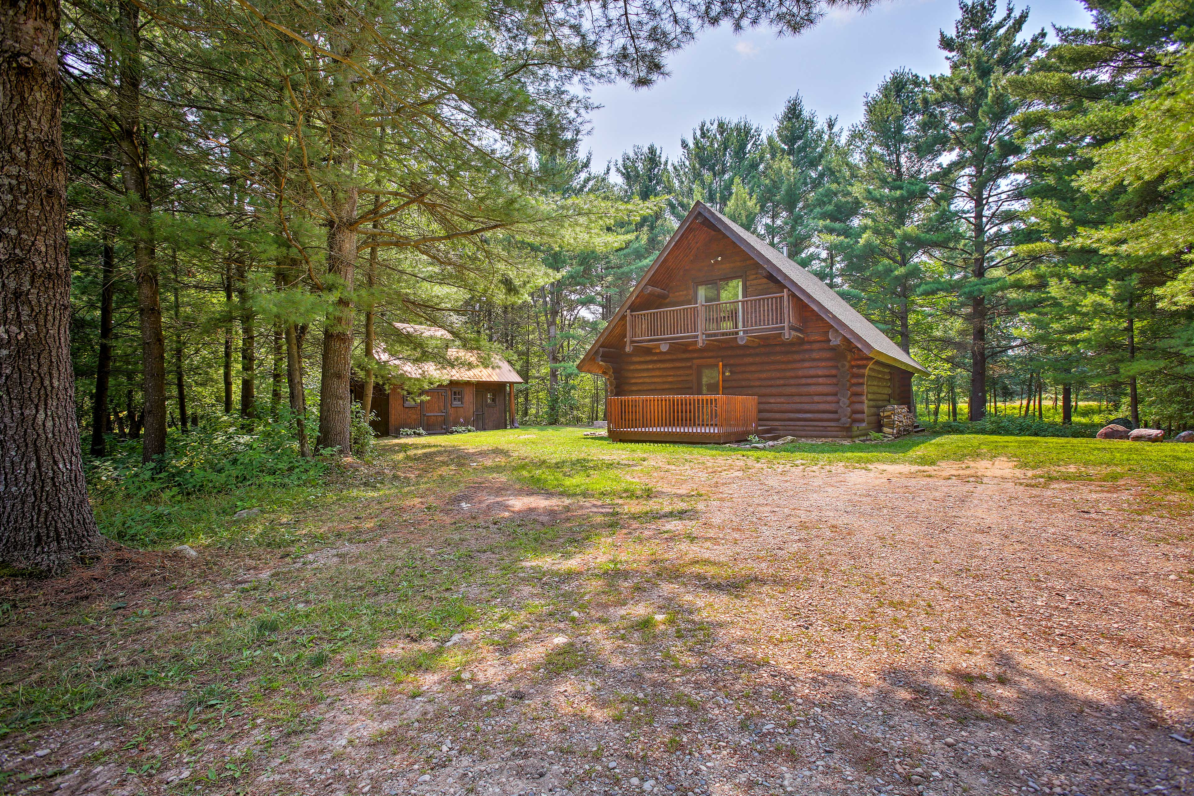 This log cabin is the perfect combination of rustic & modern!