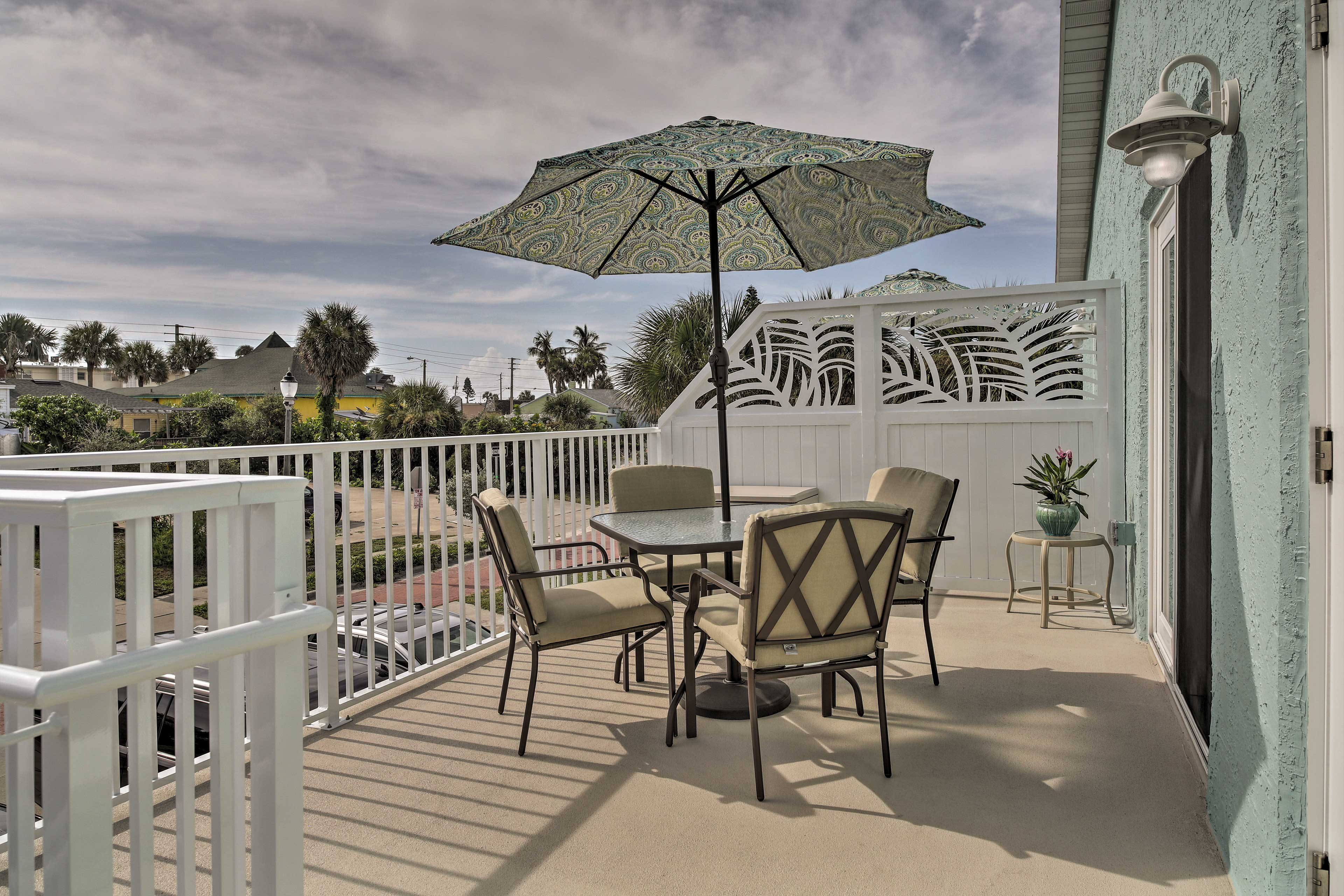 Private Balcony   Outdoor Dining Table   Sun Umbrella