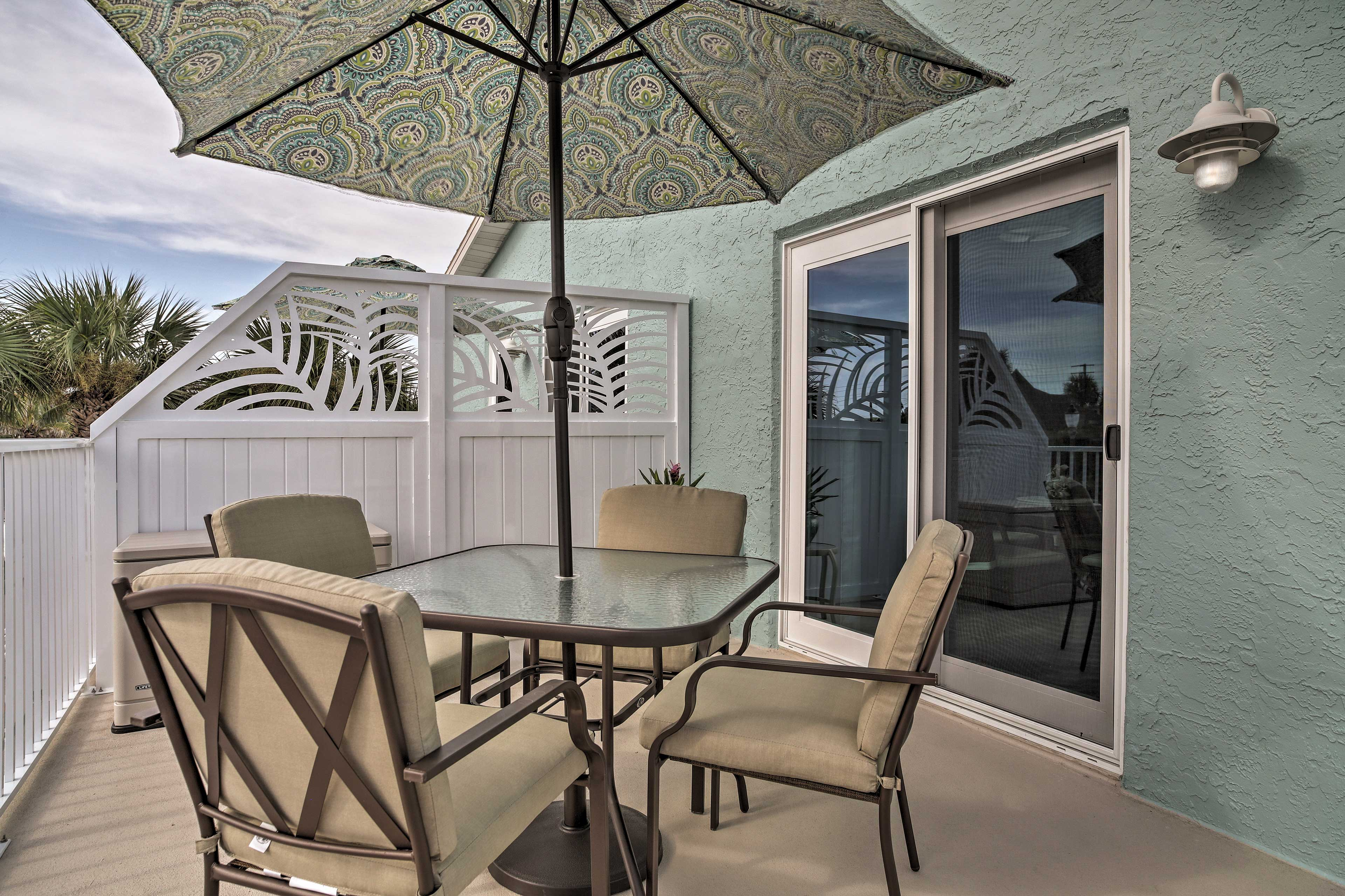 Private Balcony   Outdoor Dining Table