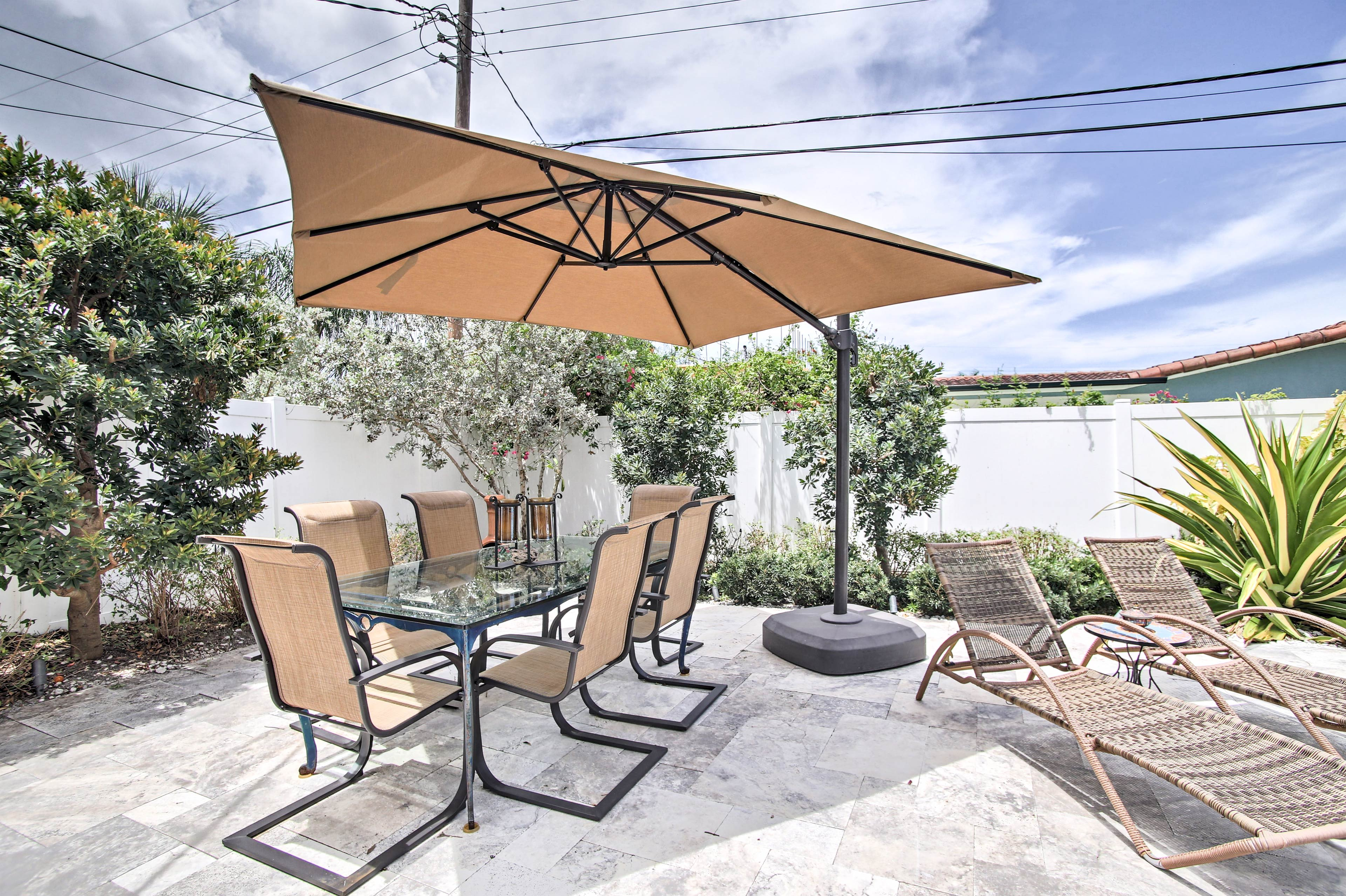 Even enjoy al fresco feasts around this outdoor table for 6.