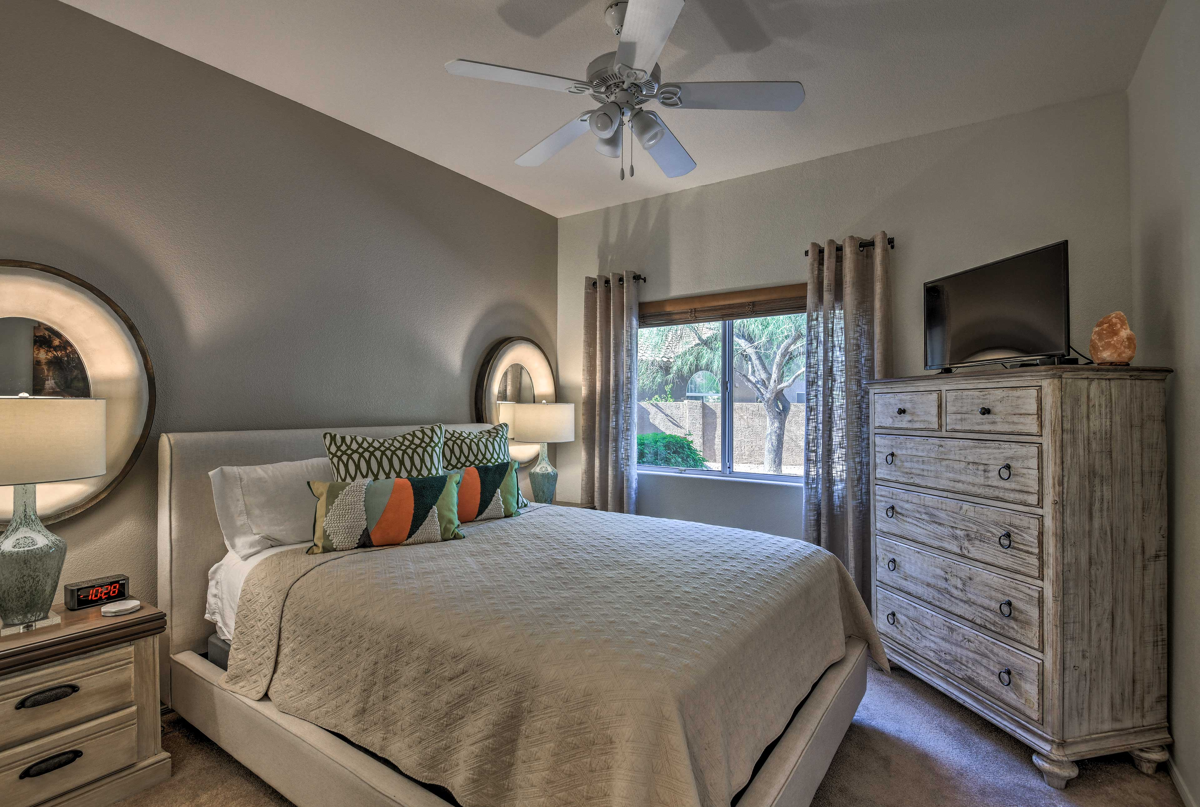 This room hosts a queen bed.
