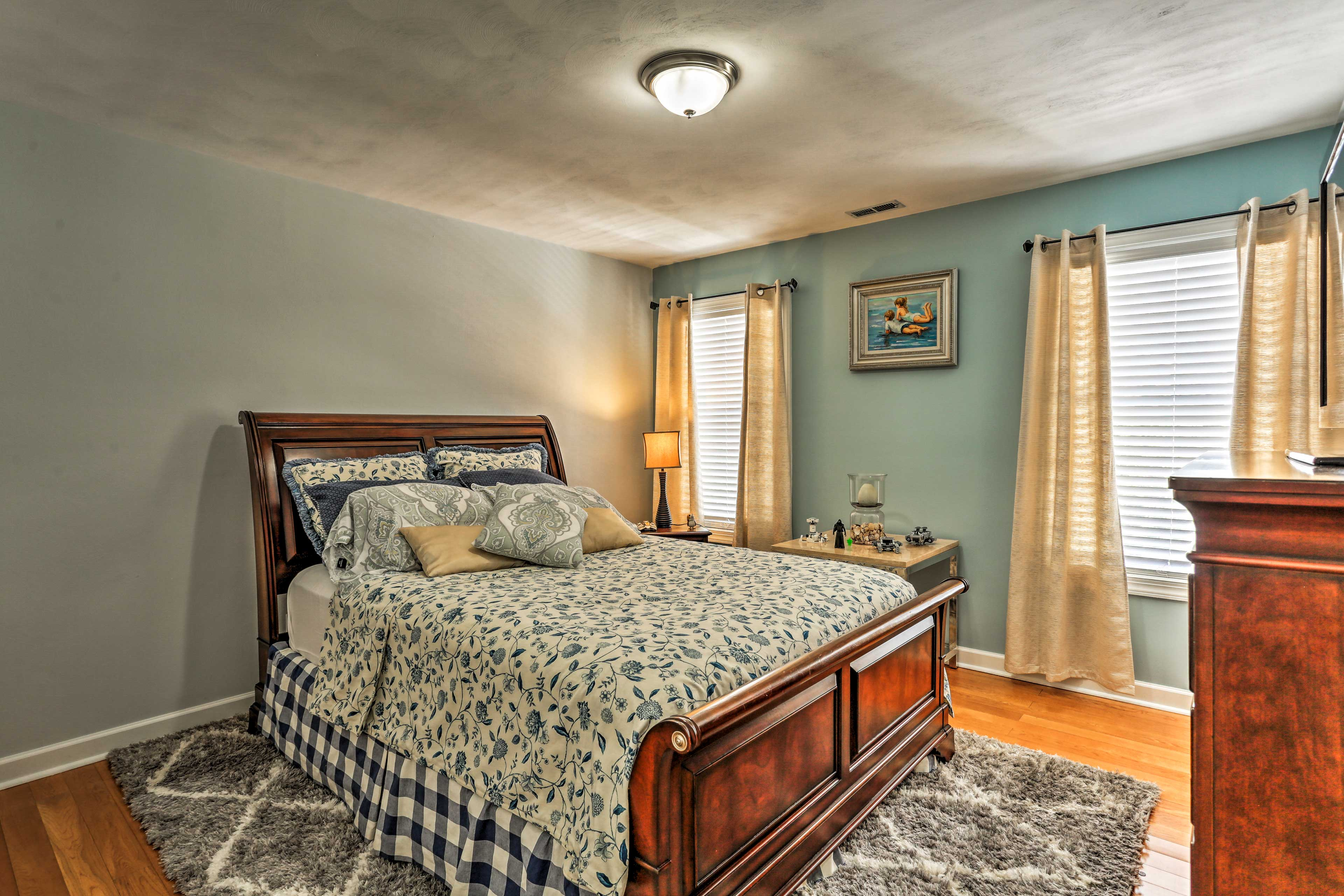Drift off into a deep sleep in this comfortable queen bed for 2.