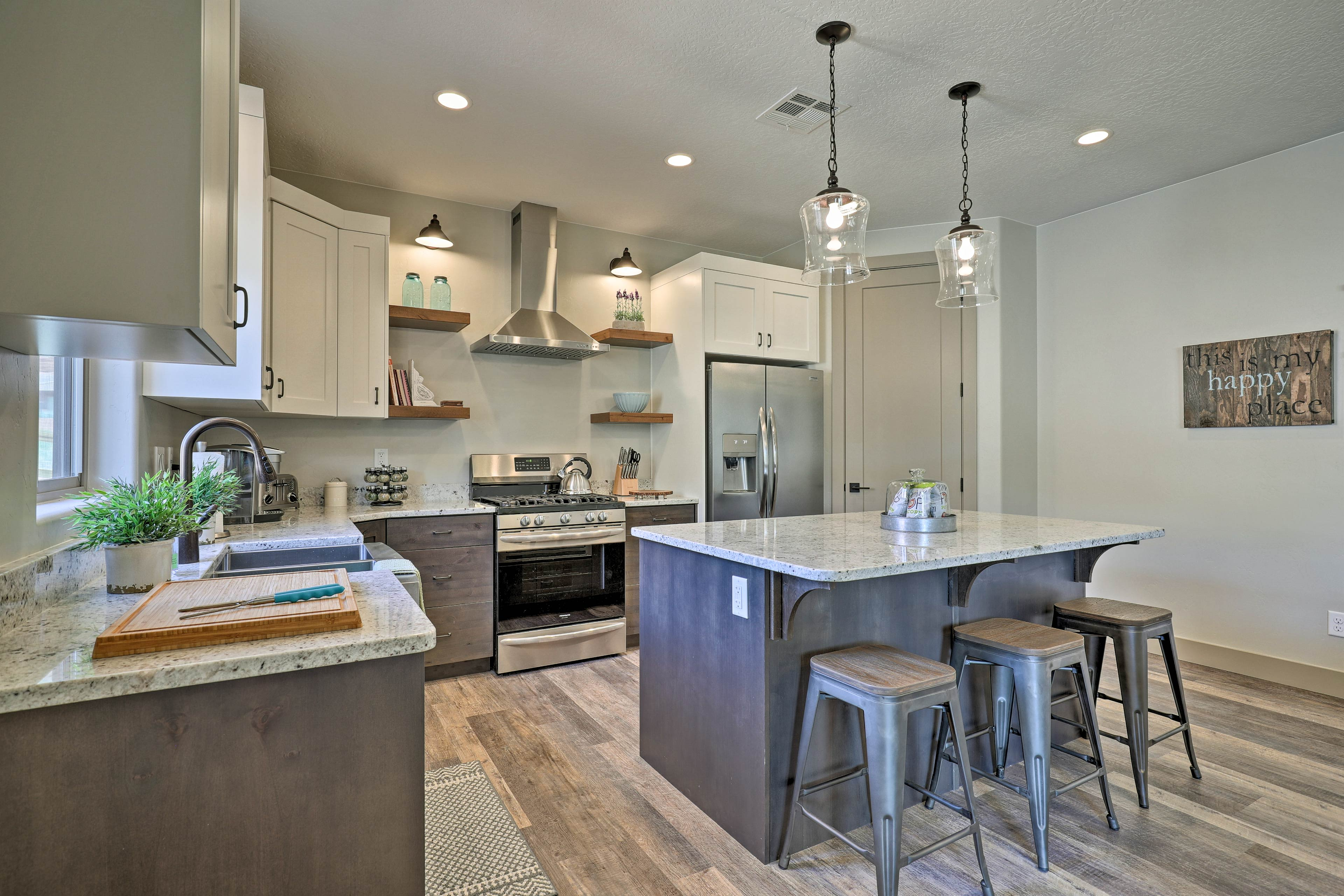 The kitchen comes fully equipped with stainless steel appliances!