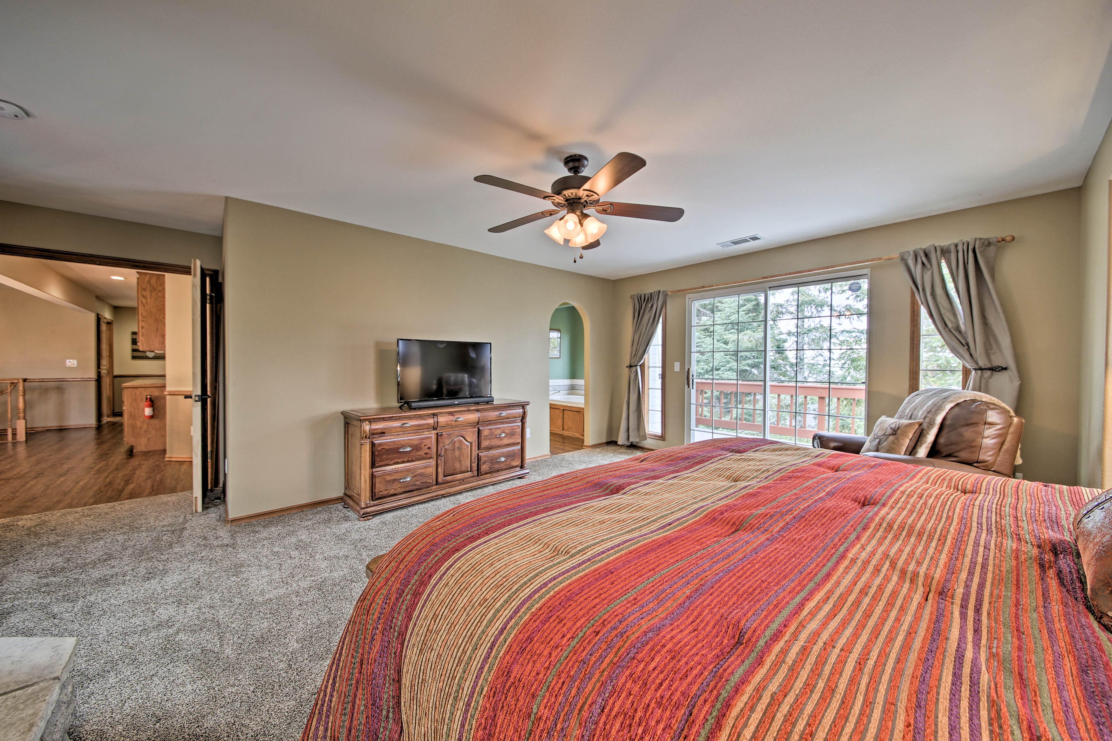 Master Bedroom   King Bed   Smart TV   En-Suite Bathroom