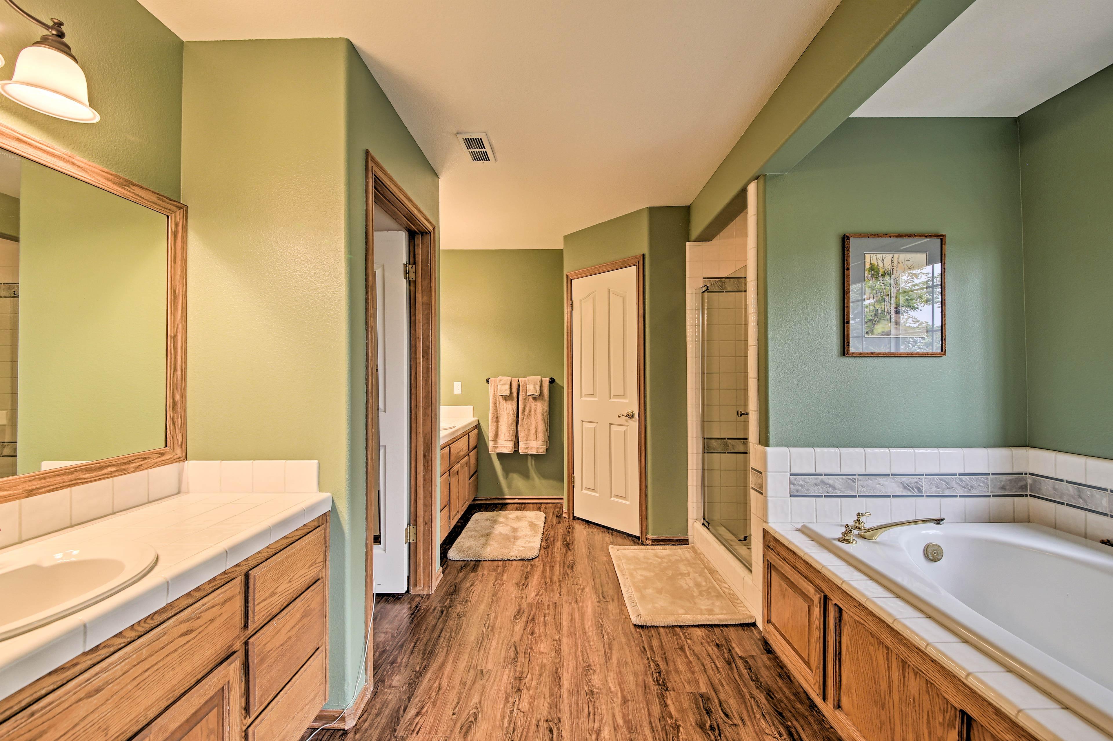 Master Bedroom En-Suite Bathroom   Towels Provided