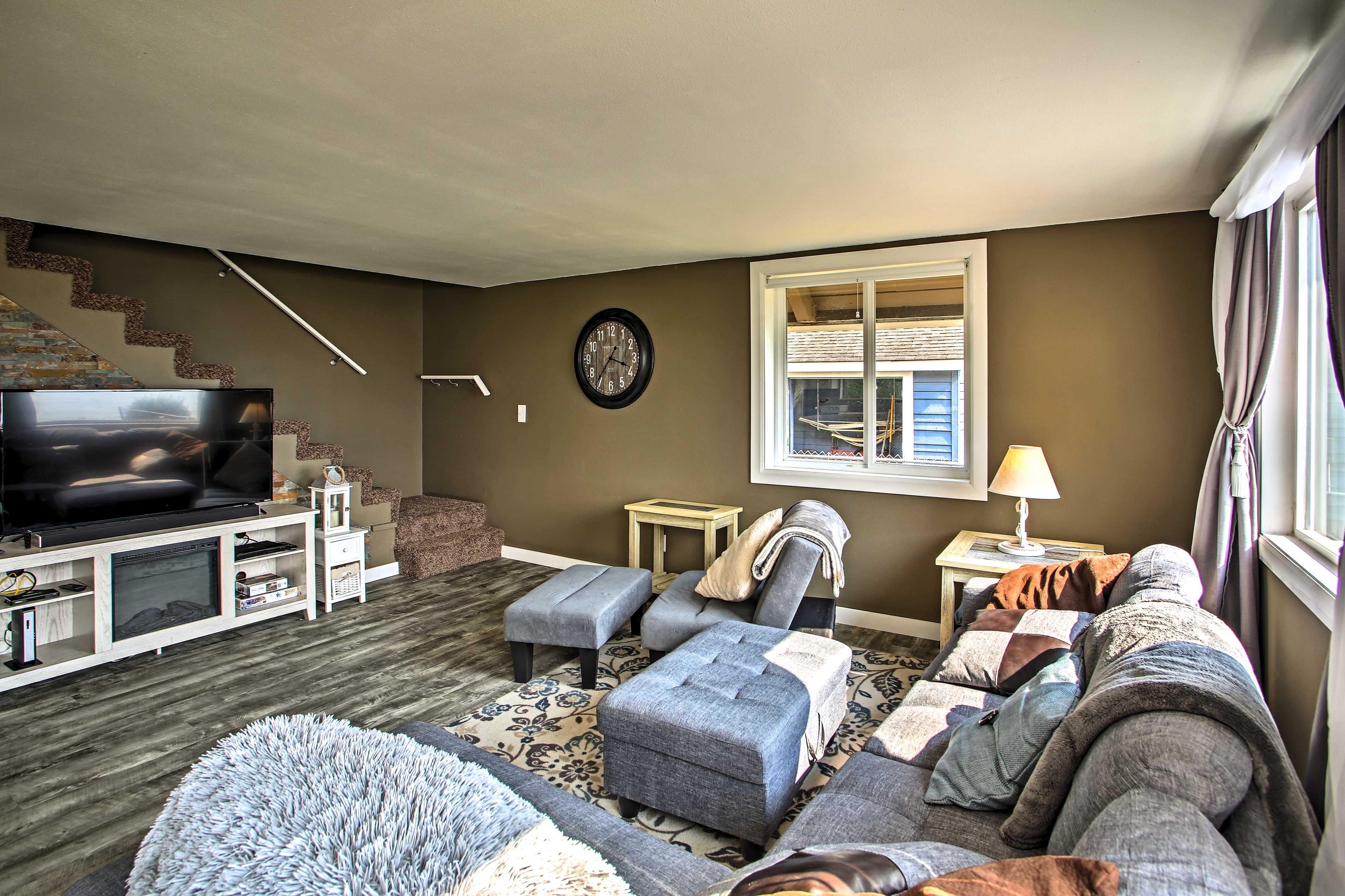 Living Room | Smart TV w/ Netflix & Amazon Prime | Electric Fireplace