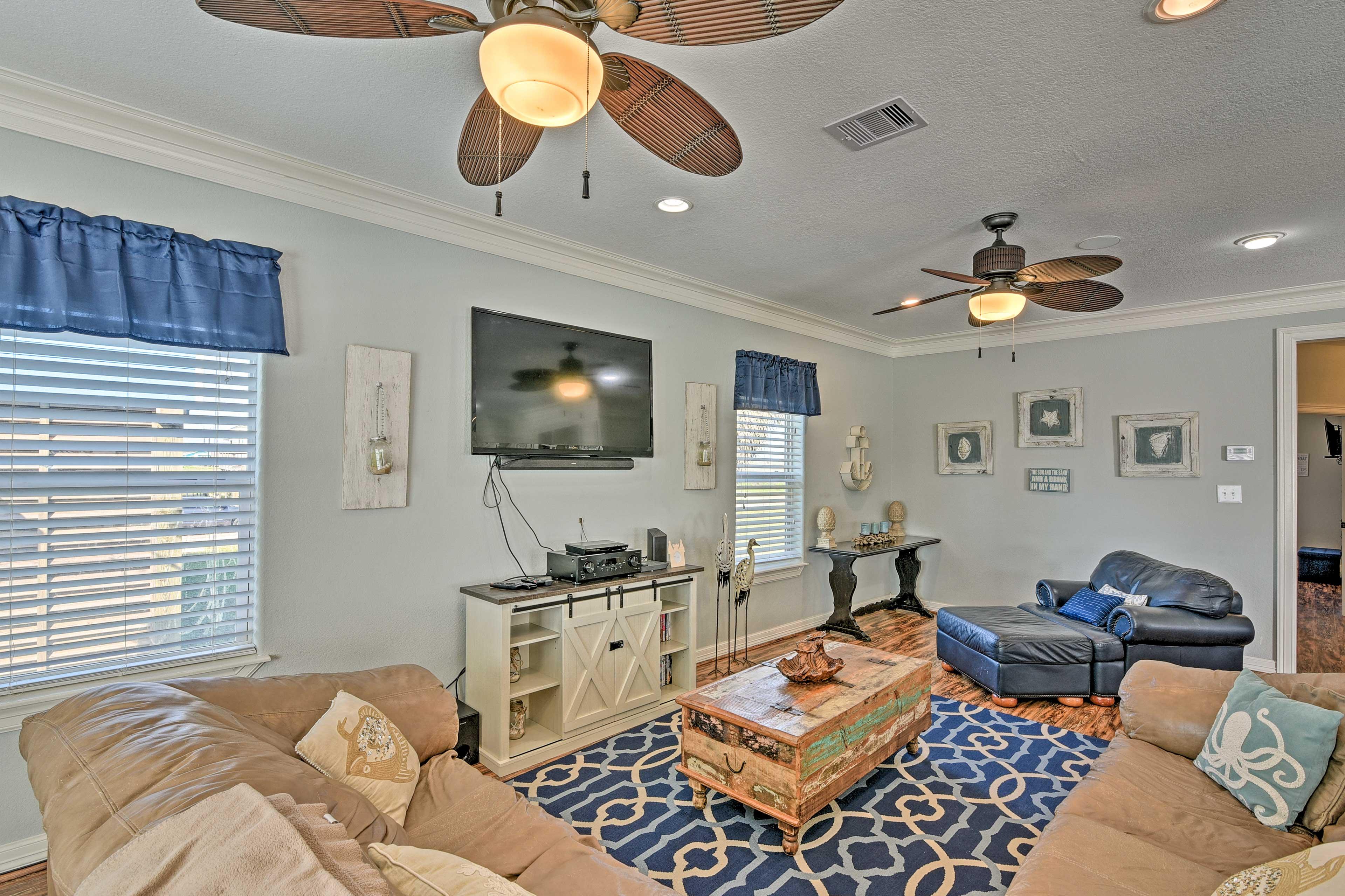 Living Room | Flat-Screen TV w/ Direct TV